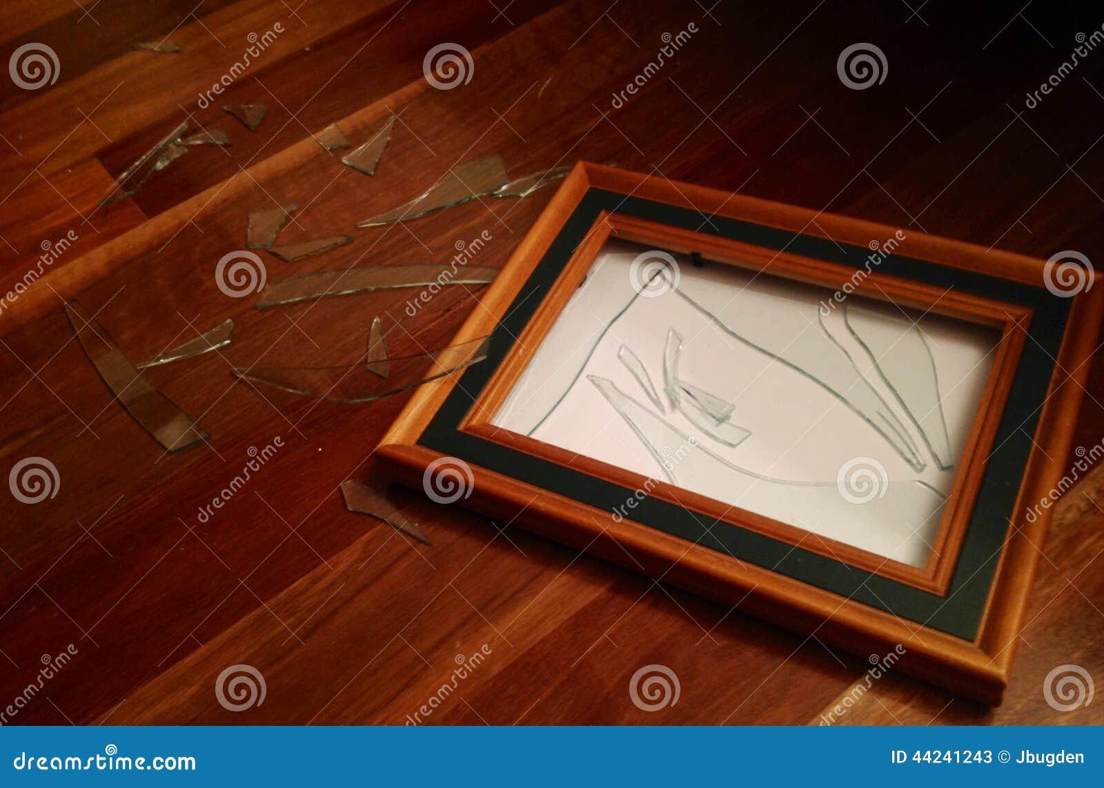 Marco de madera de cristal roto