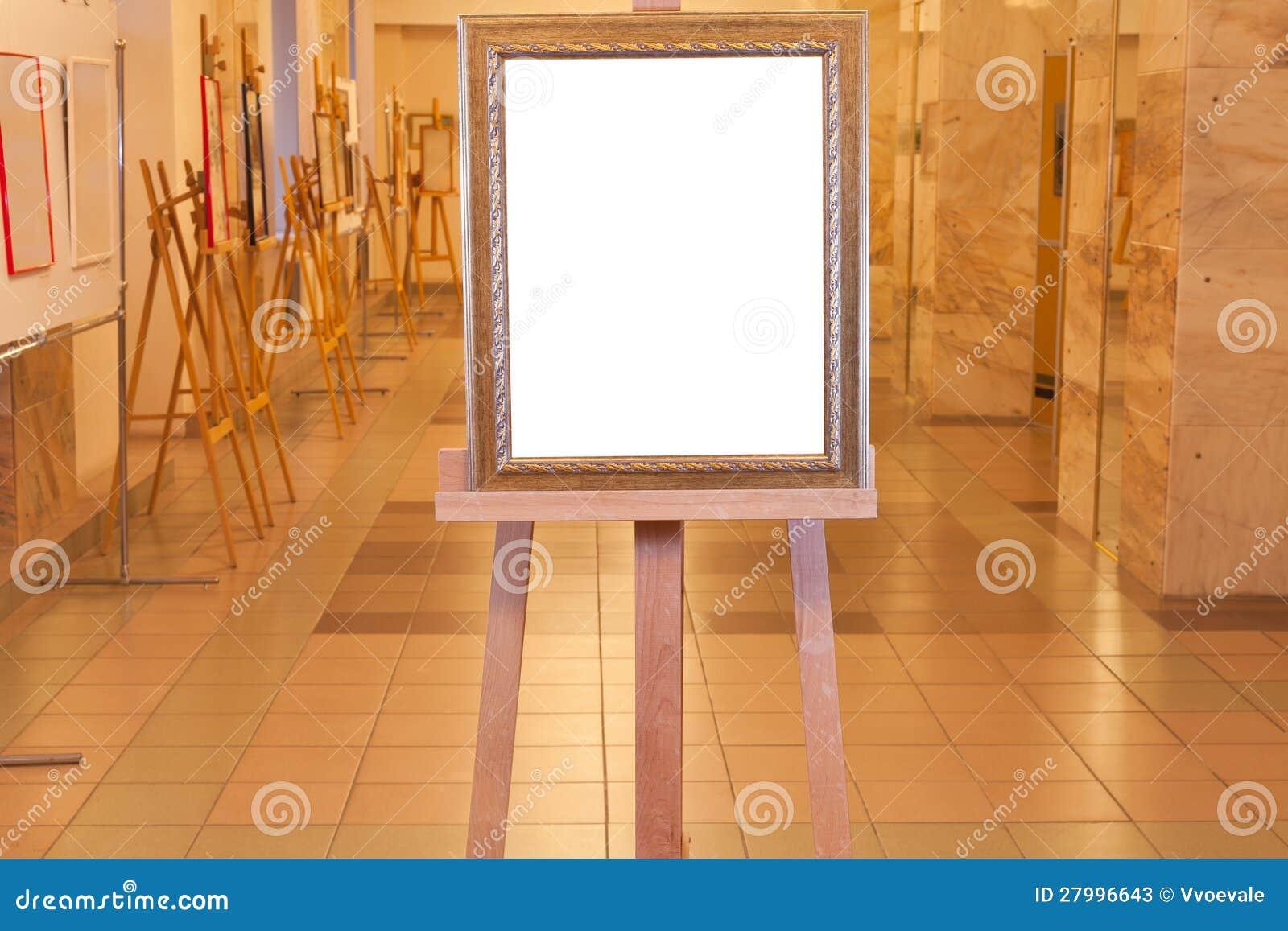 Marco De Madera En El Caballete En Galería De Arte Imagen de archivo ...