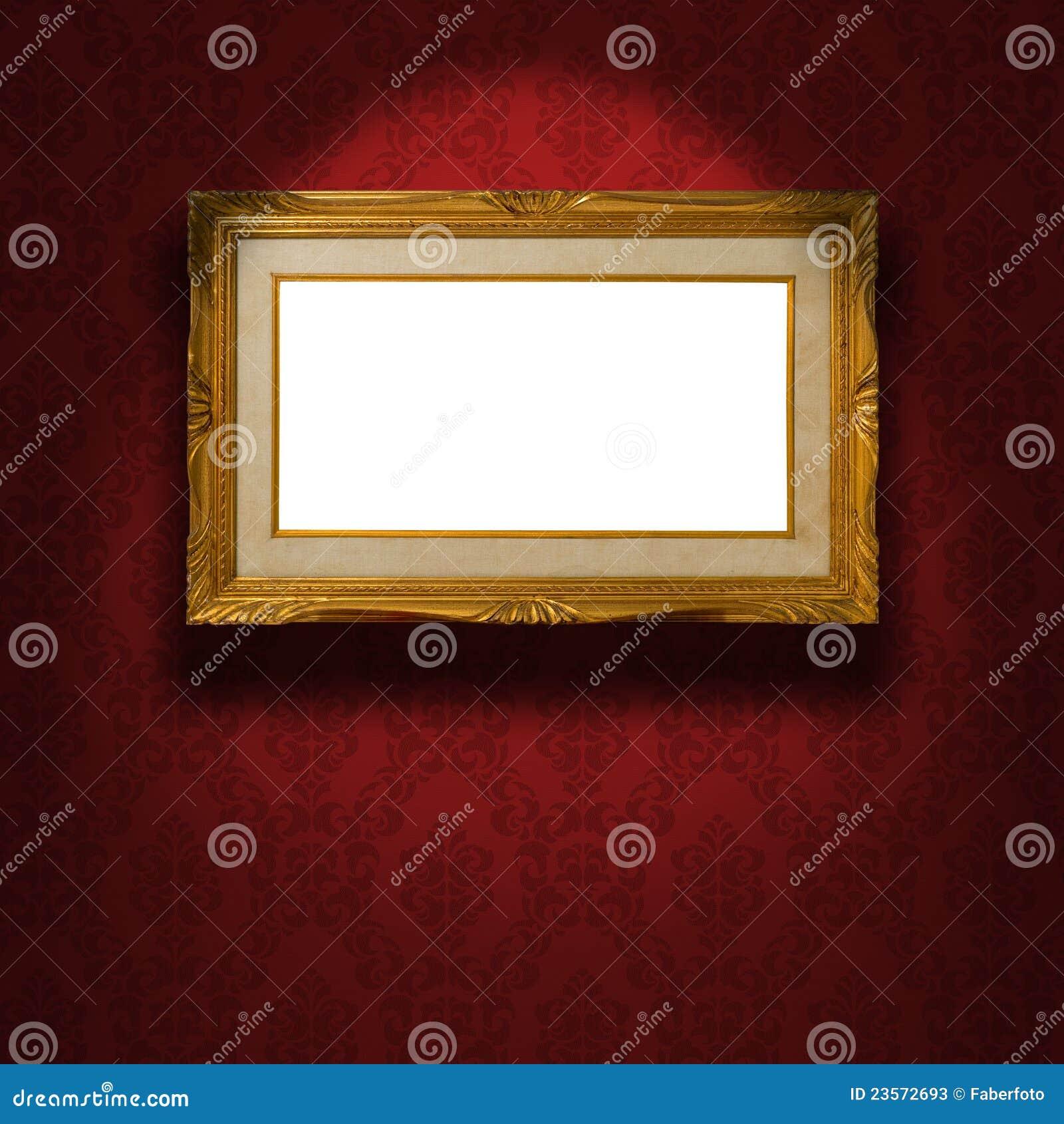 Marco de oro vacío en la pared.