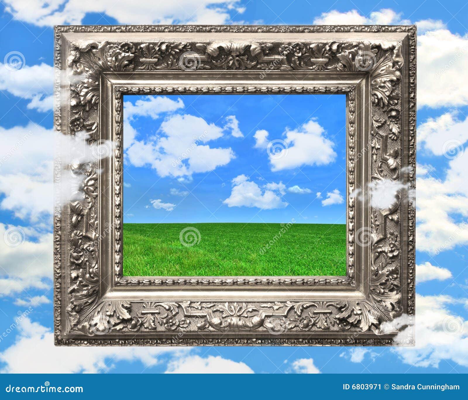 Marco de plata contra un cielo azul