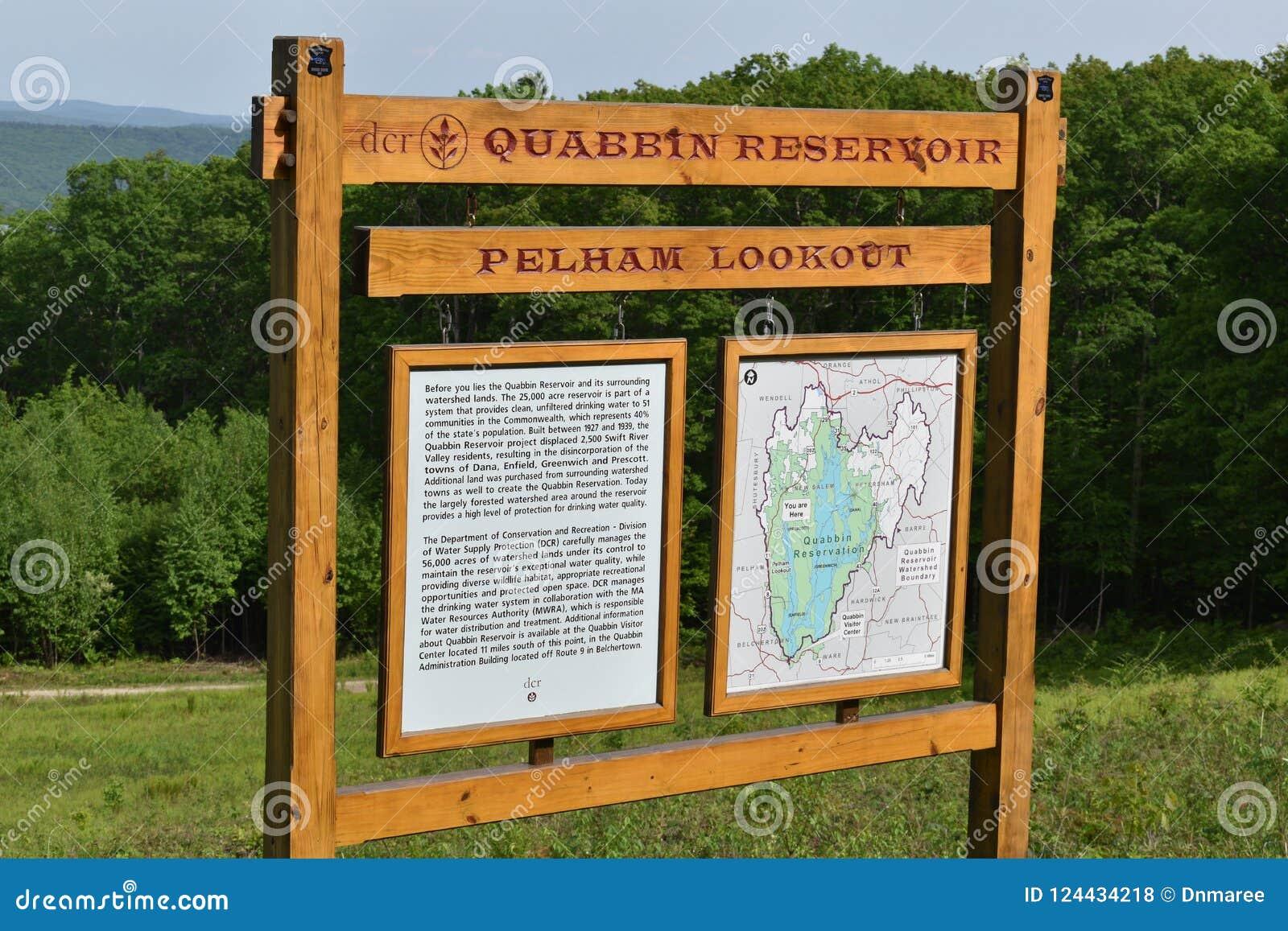 Marco decisivo do reservatório de Quabbin, região rápida de Quabbin River Valley de Massachusetts, Estados Unidos, E.U.,