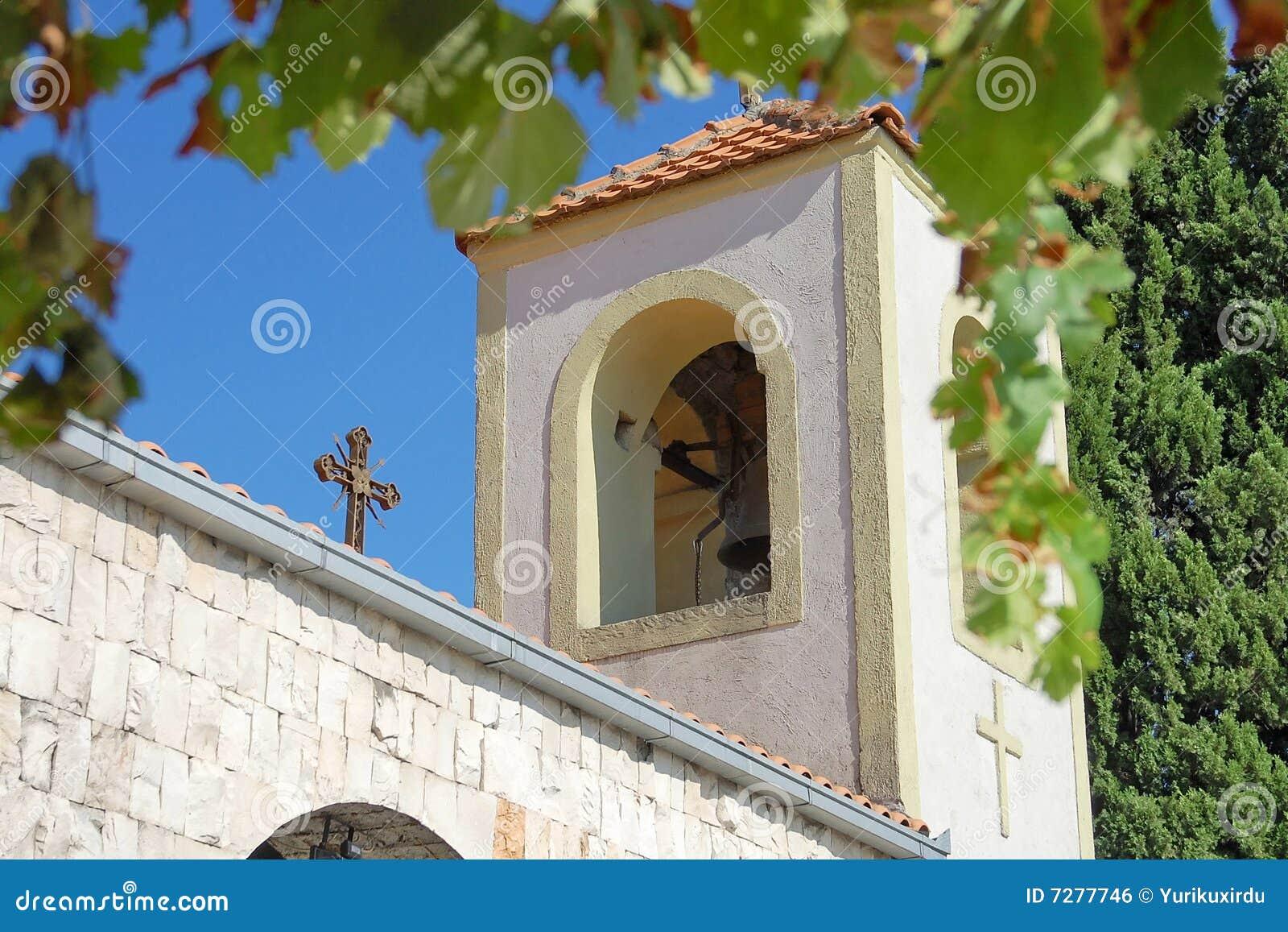 Marco del campanario de una iglesia, de la cruz y de las hojas