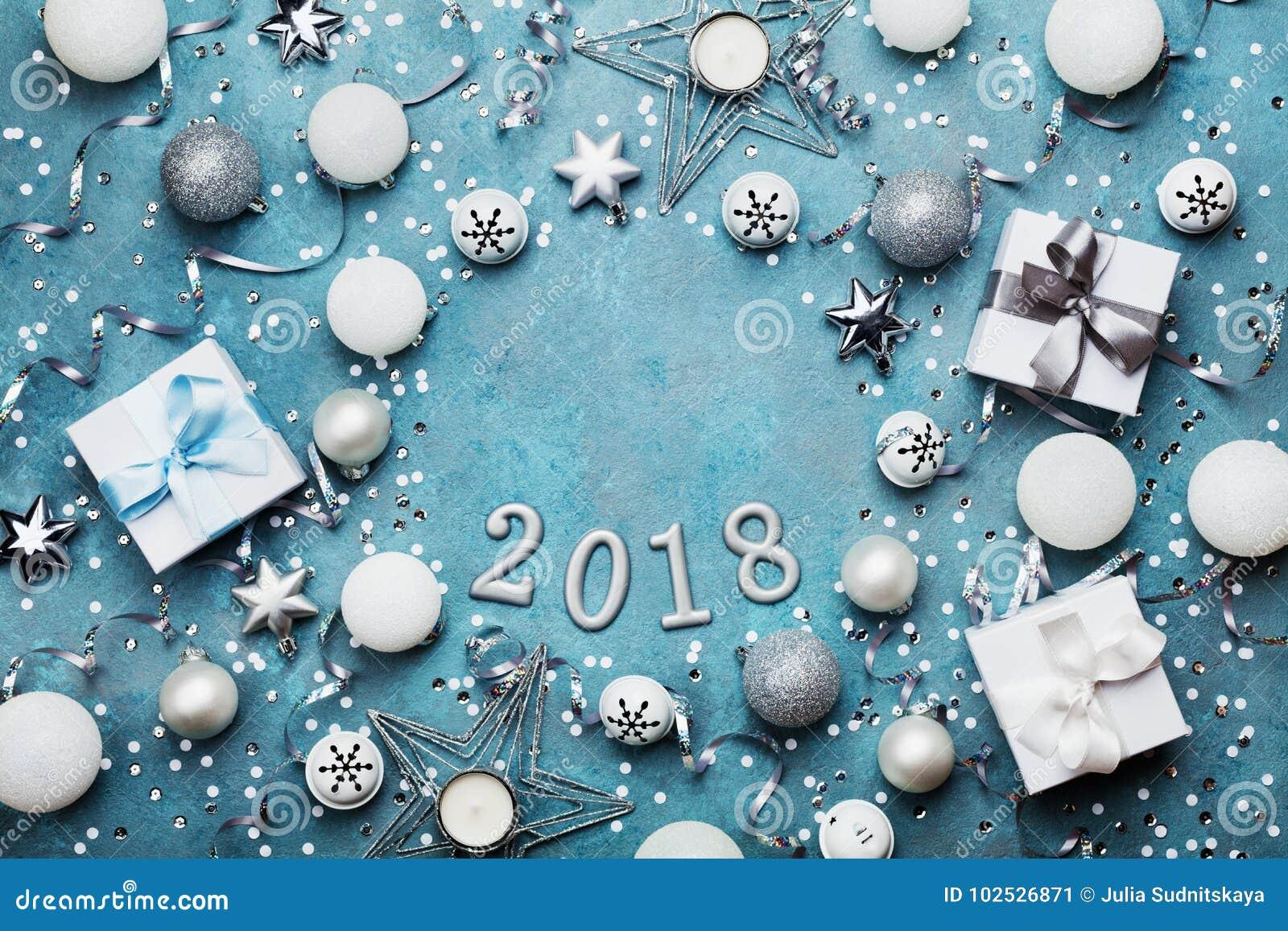 Marco del día de fiesta con la decoración de la Navidad, la caja de regalo, el confeti y lentejuelas en la opinión de sobremesa a