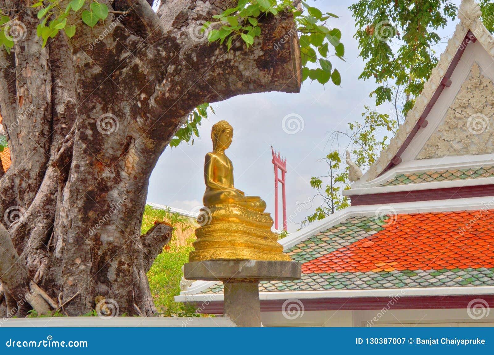 Marco despercebido de Banguecoque atrás do templo do boudda