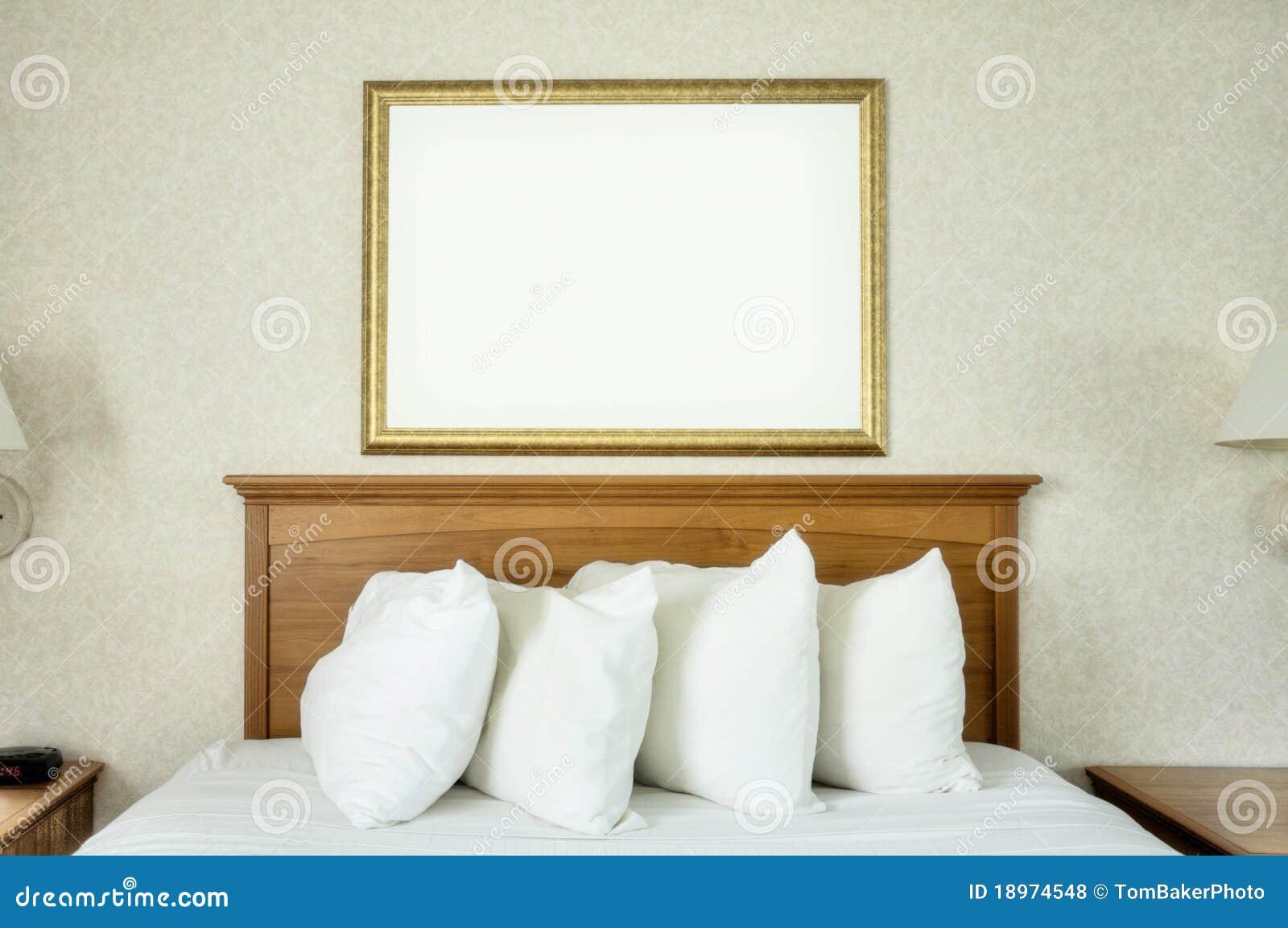 Marco en blanco sobre cama foto de archivo. Imagen de espacio - 18974548