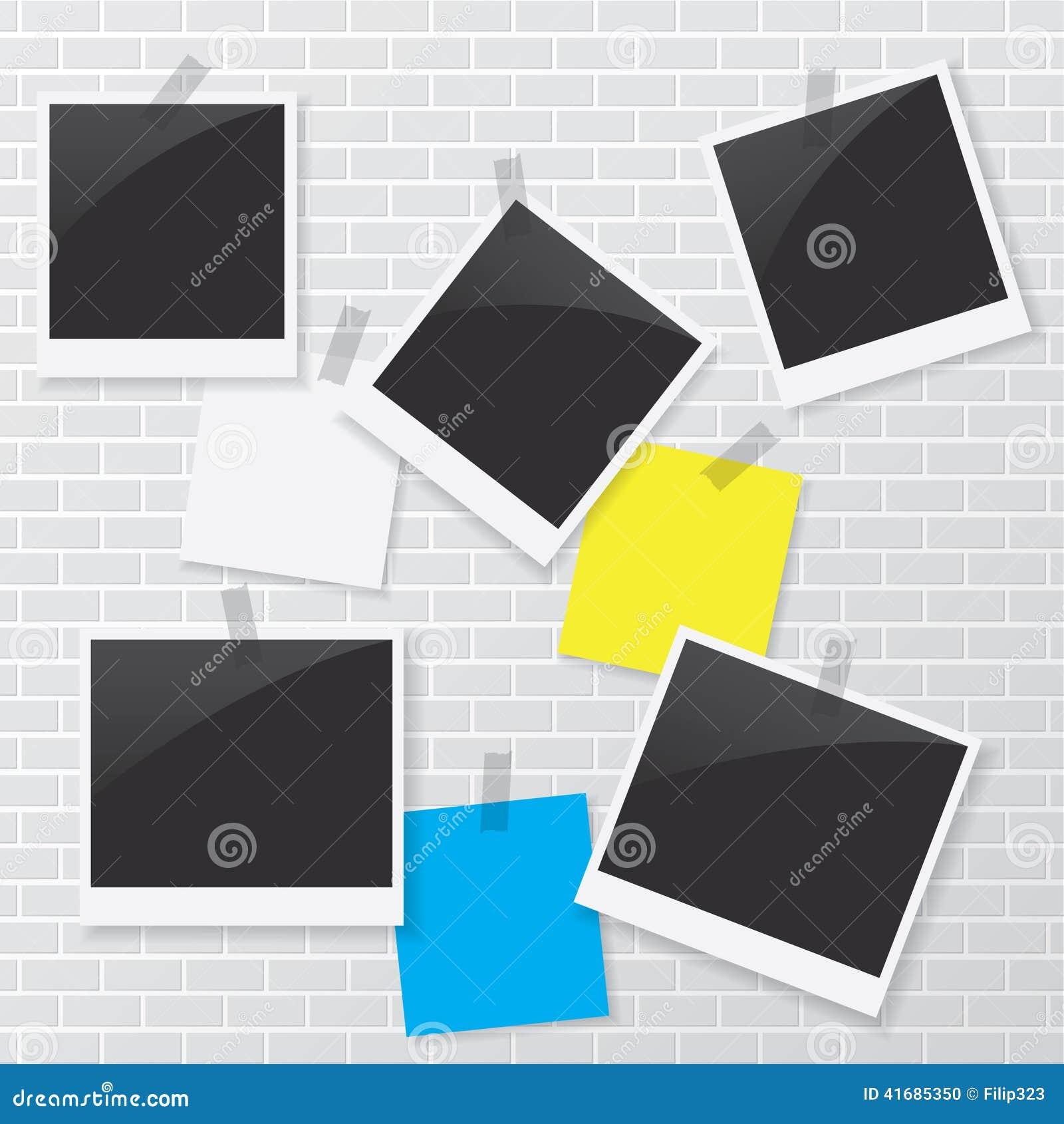 Marco polaroid y documento en blanco sobre la pared de ladrillo