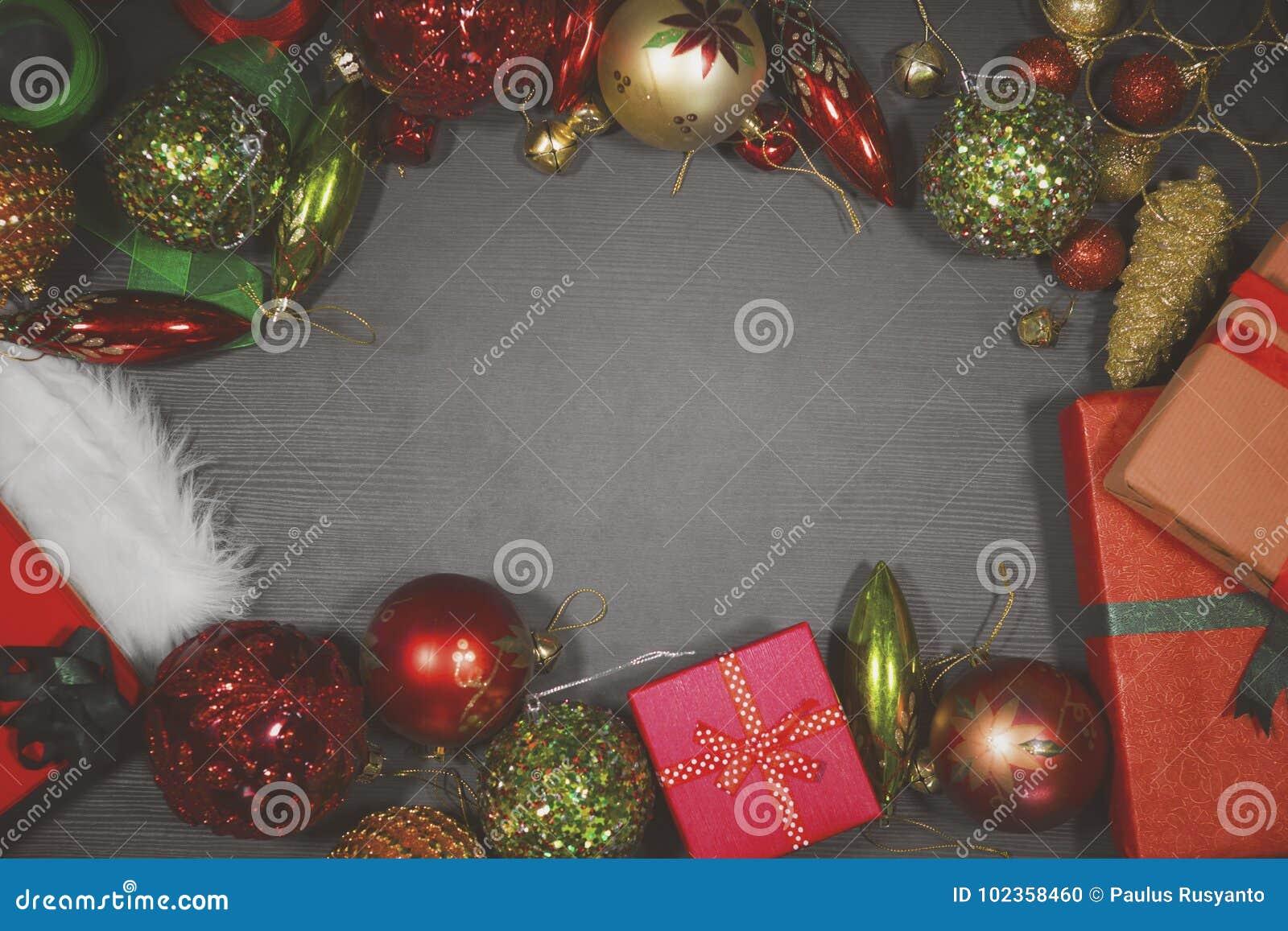 Marco vacío con los ornamentos de la Navidad