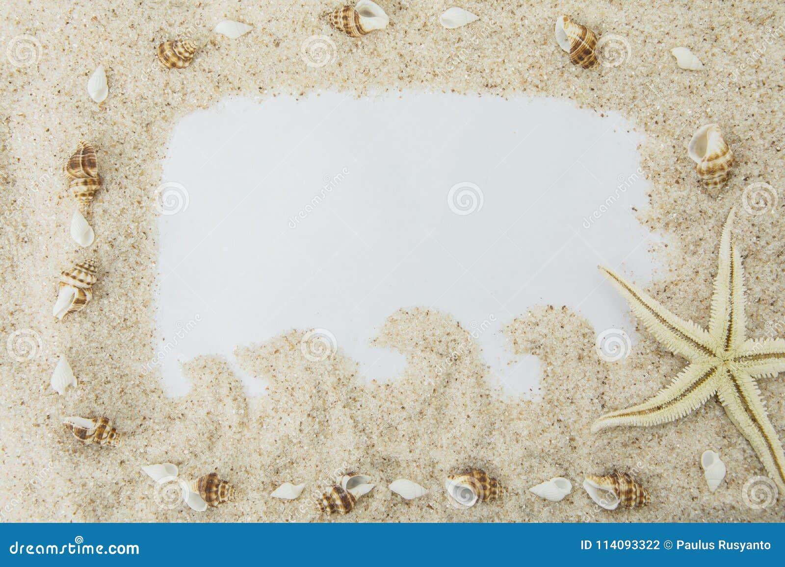 Marco vacío de la arena blanca de la playa