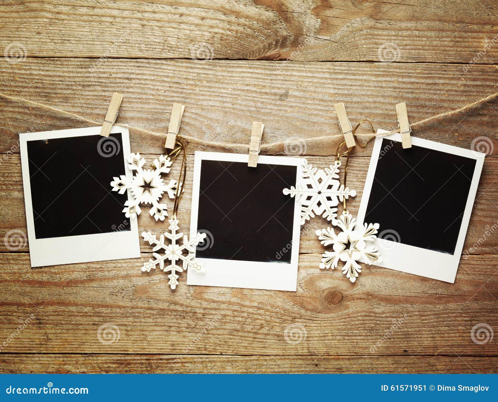 Marcos de la foto del vintage adornados para la navidad en el fondo del tablero de madera con el - Marcos de fotos vintage ...