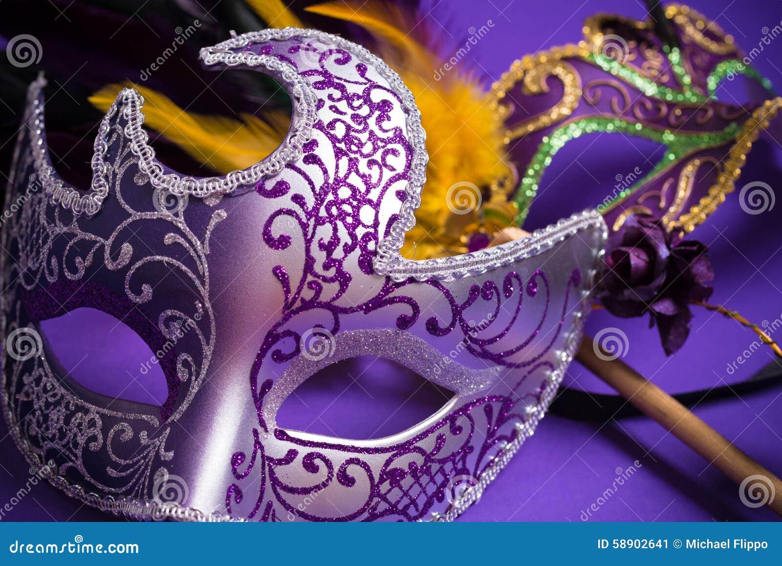 Mardi Gras eller karnevalmaskering på purpurfärgad bakgrund