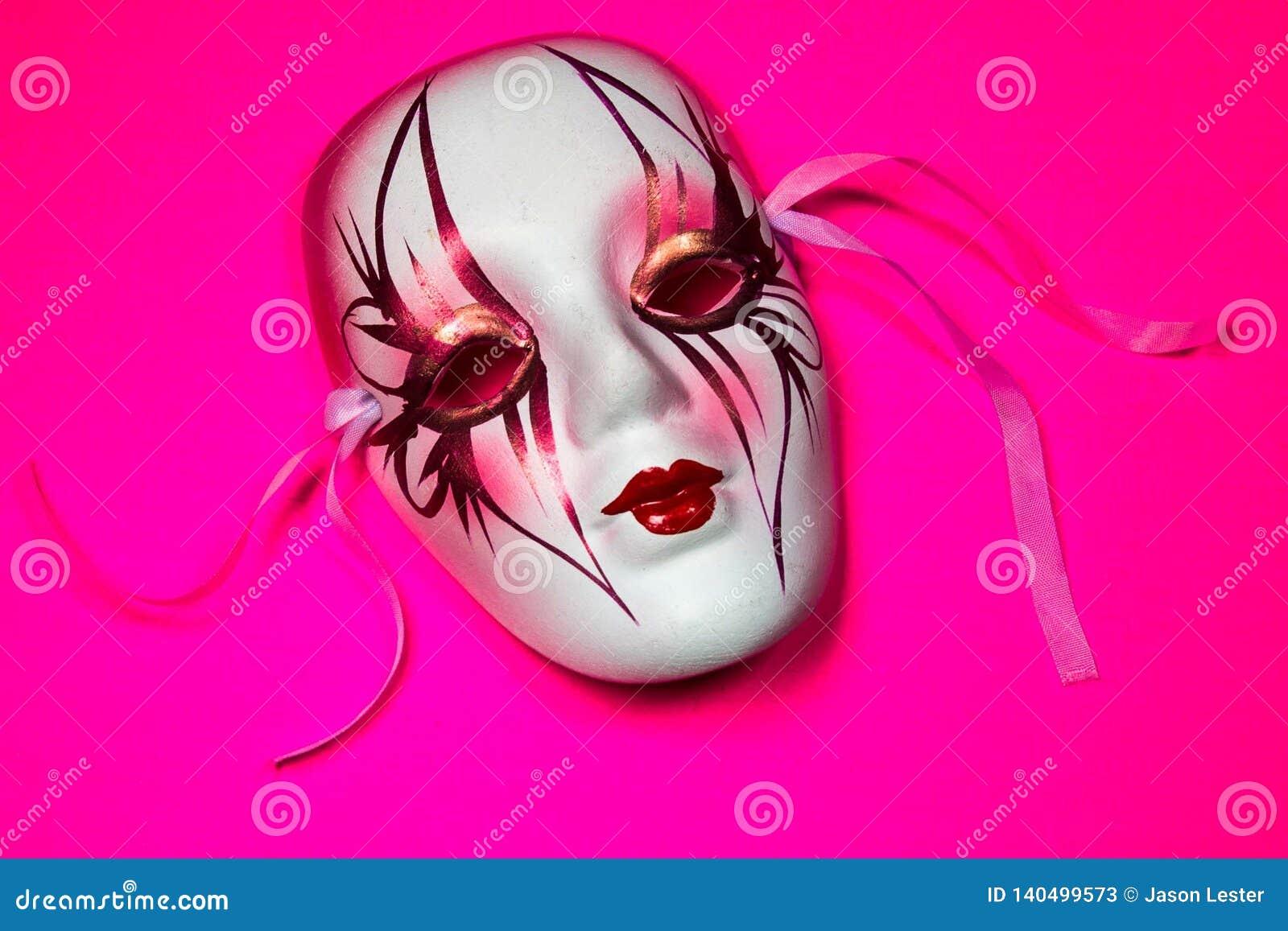 Mardi Gras Mask på rosa bakgrund