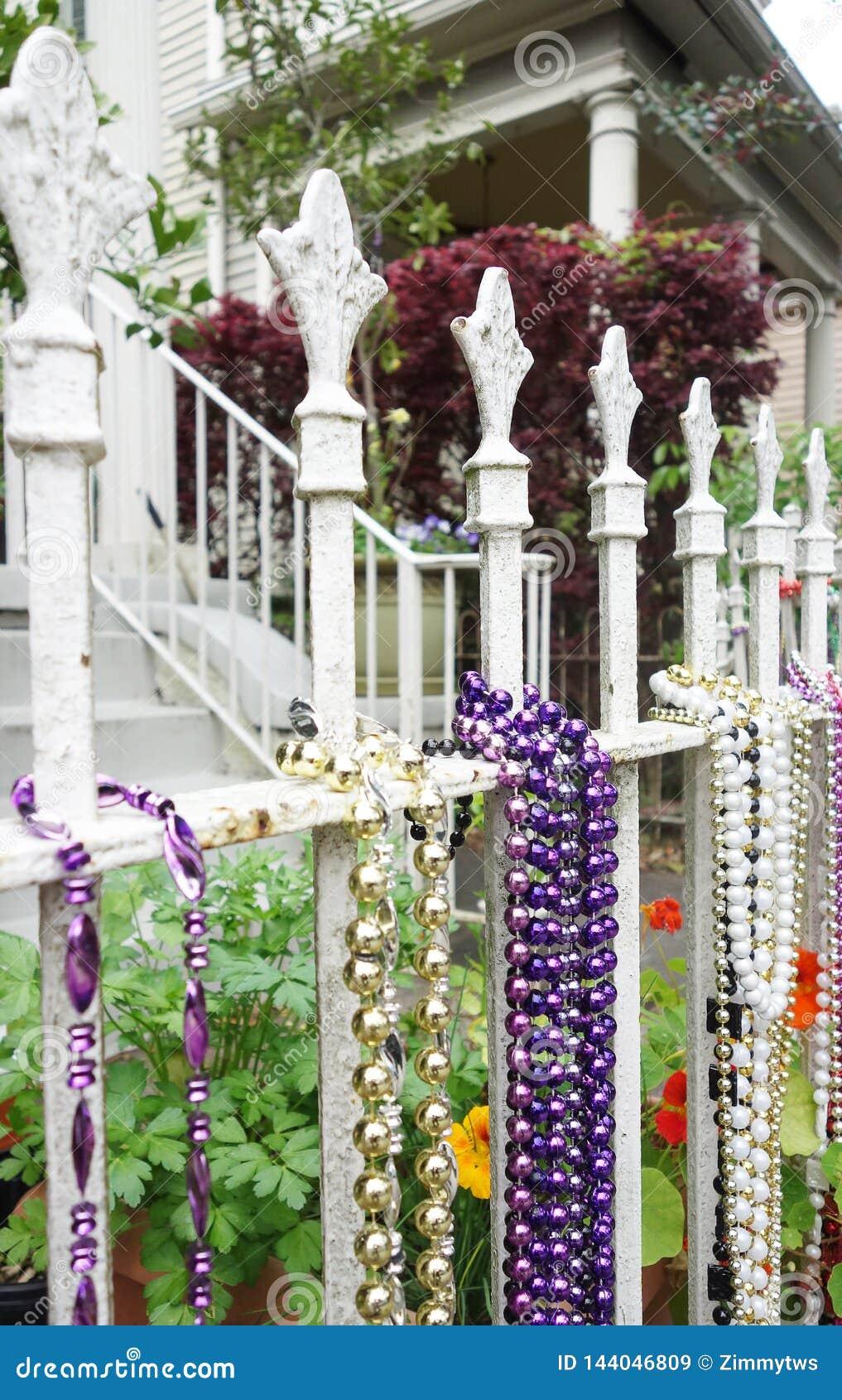 Mardi Gras pärlor på ett staket i New Orleans