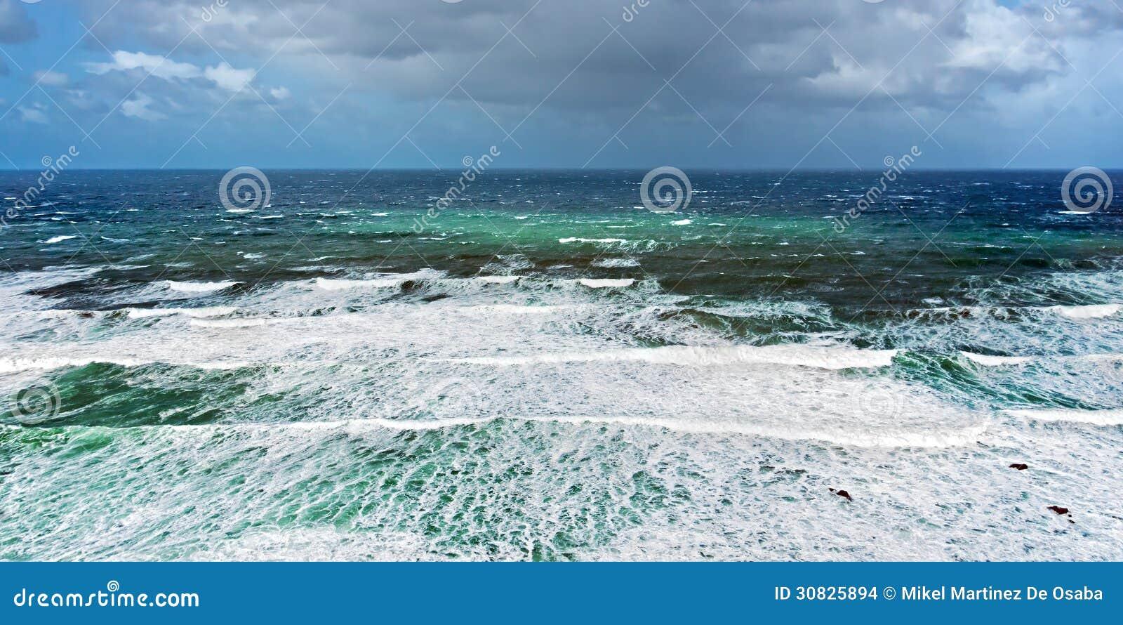 Mare agitato con tempo tempestoso