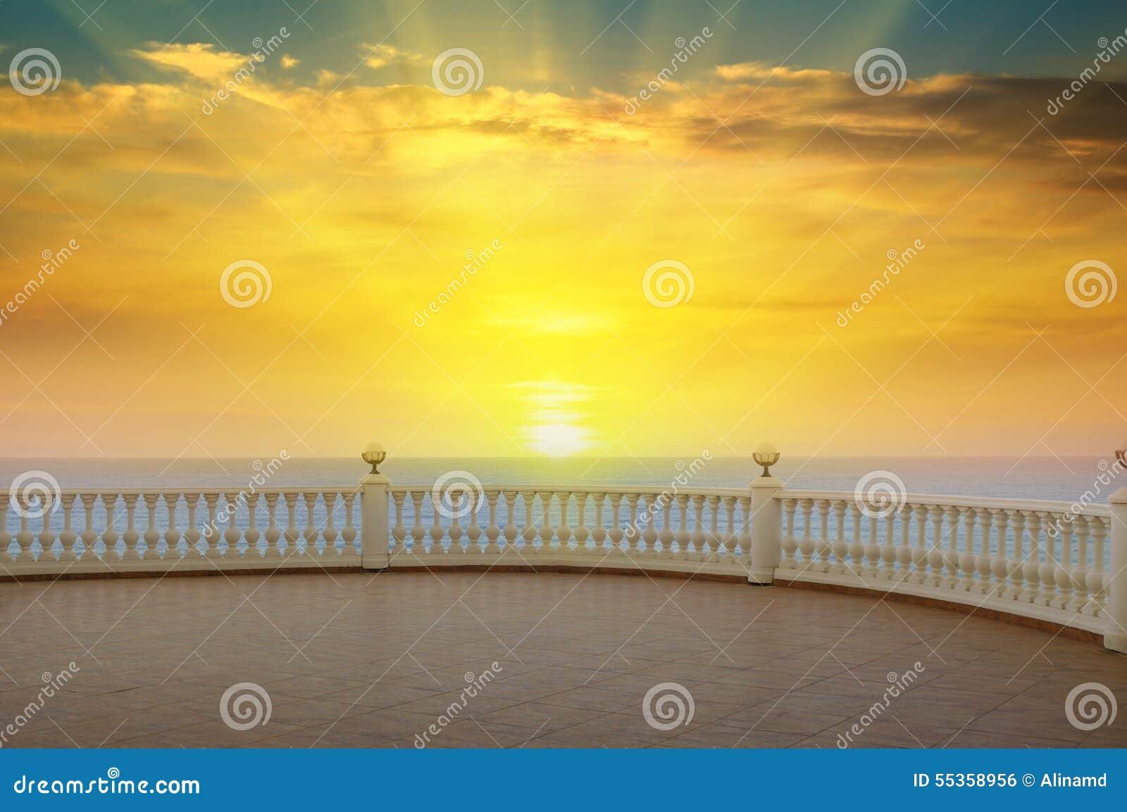 Mare, alba e la passeggiata