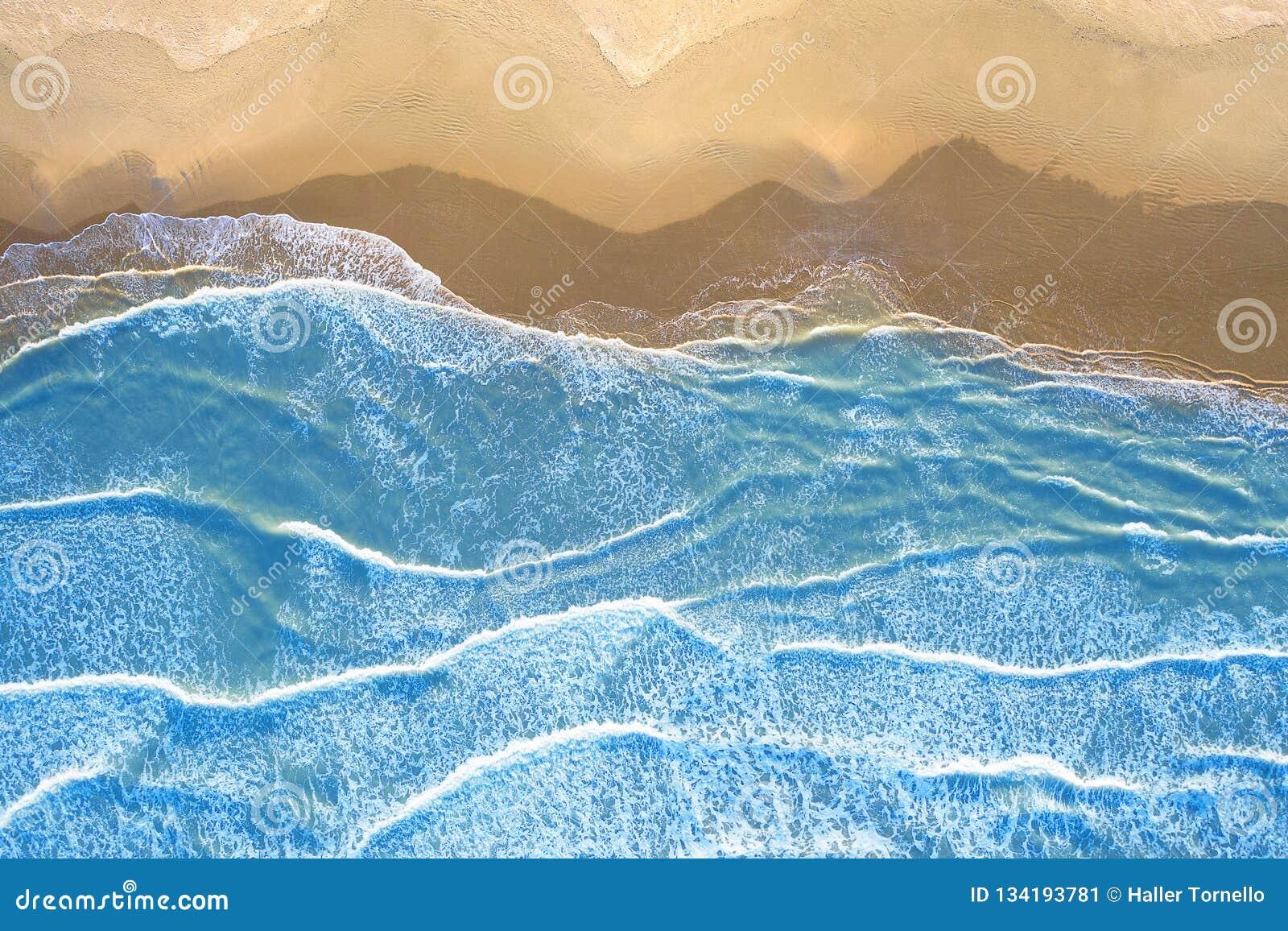 Mare blu alla spiaggia veduta da sopra