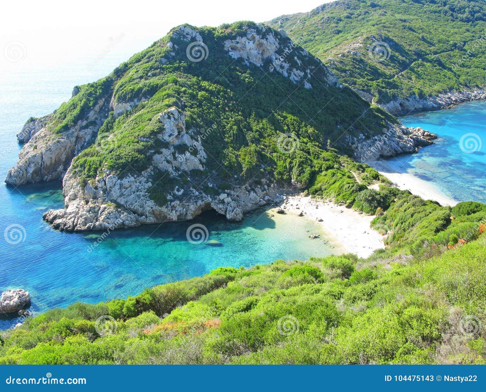 Mare ionico della laguna del paesaggio blu della costa sull isola di Corfù