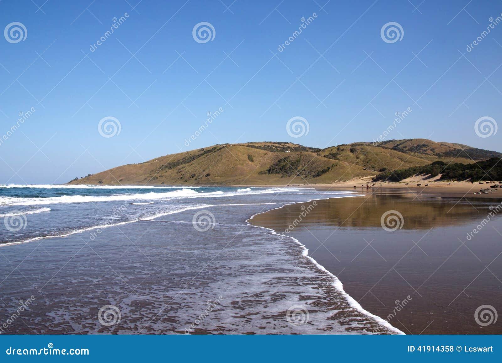 Marea saliente en la playa salvaje de la costa, Transkei, Suráfrica