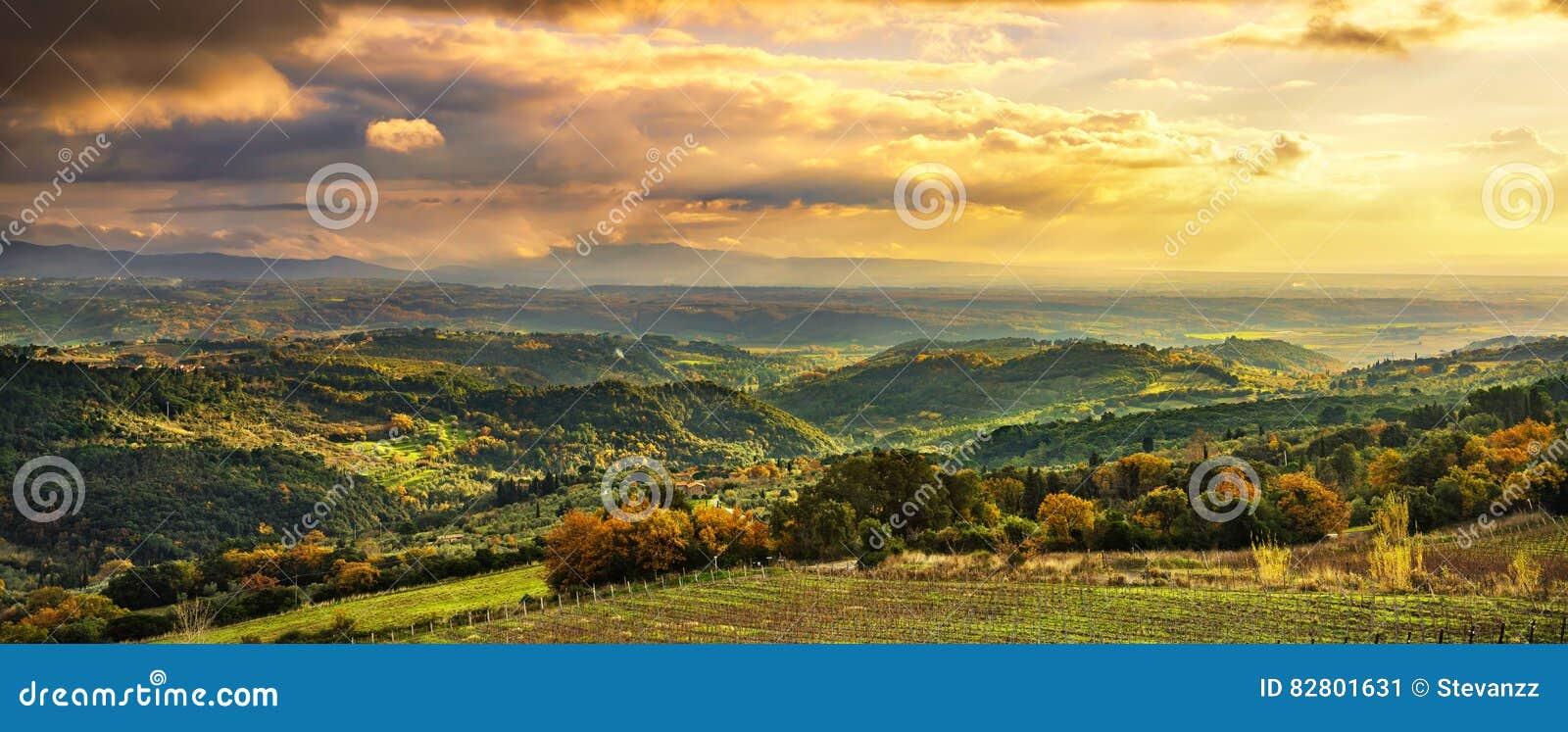 Maremma-Sonnenuntergangpanorama Landschaft, Hügel und Meer auf Horizont