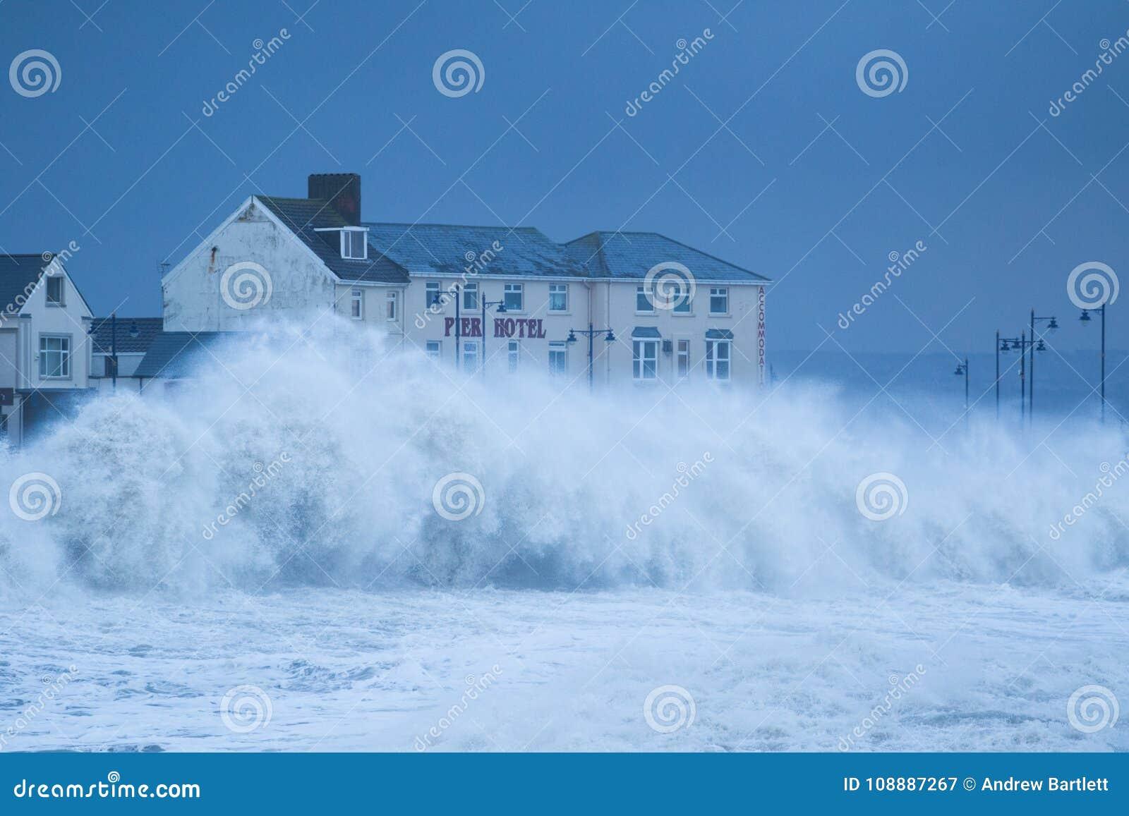 Mares tempestuosos en Porthcawl, el Sur de Gales, Reino Unido