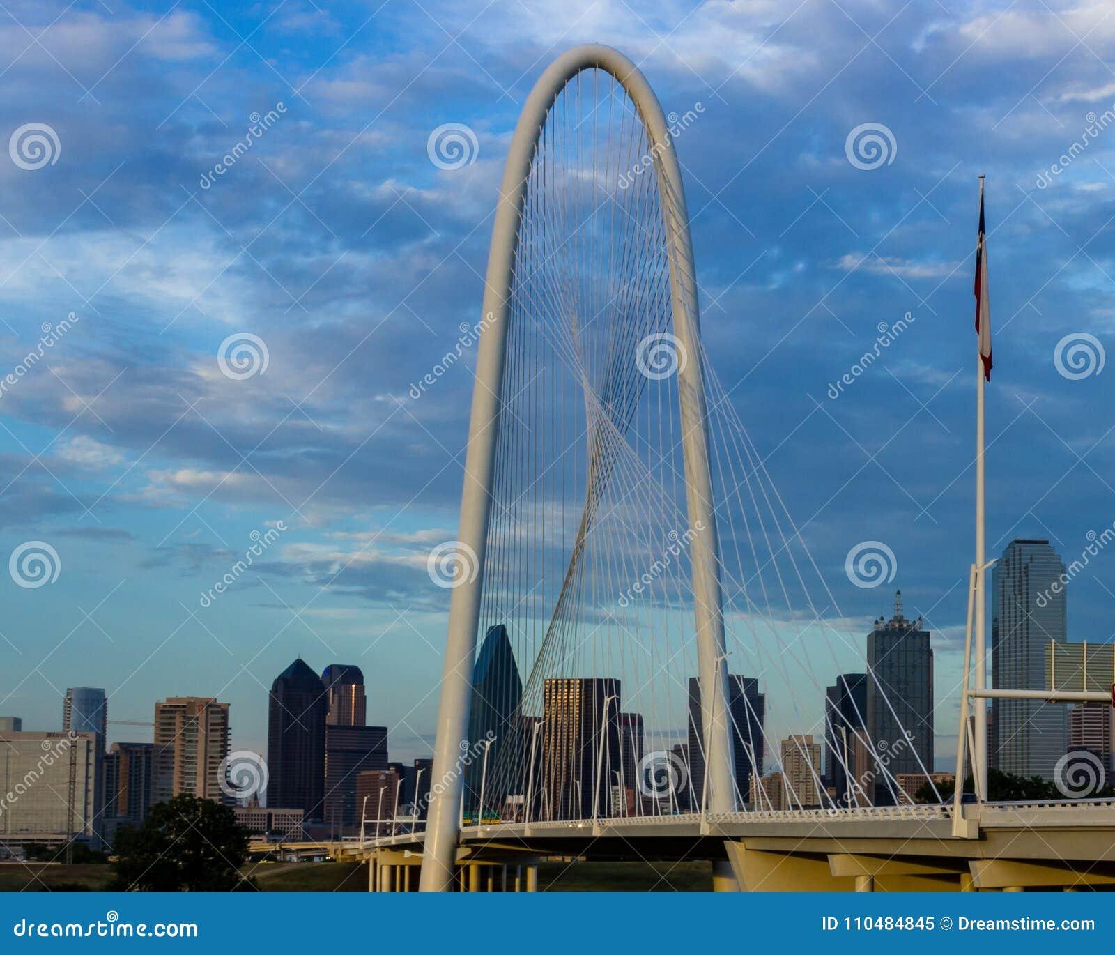 Margaret Hunt Hill Bridge com skyline de Dallas, Texas na parte traseira