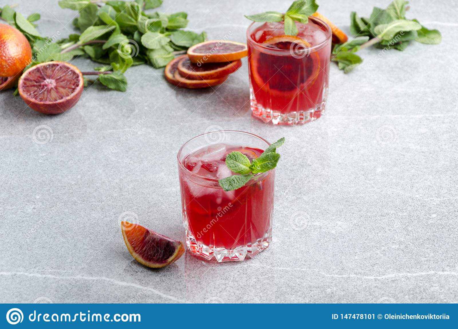 Margarita froide d orange sanguine avec des glaçons Verres servis avec la boisson d alcool sur la table grise