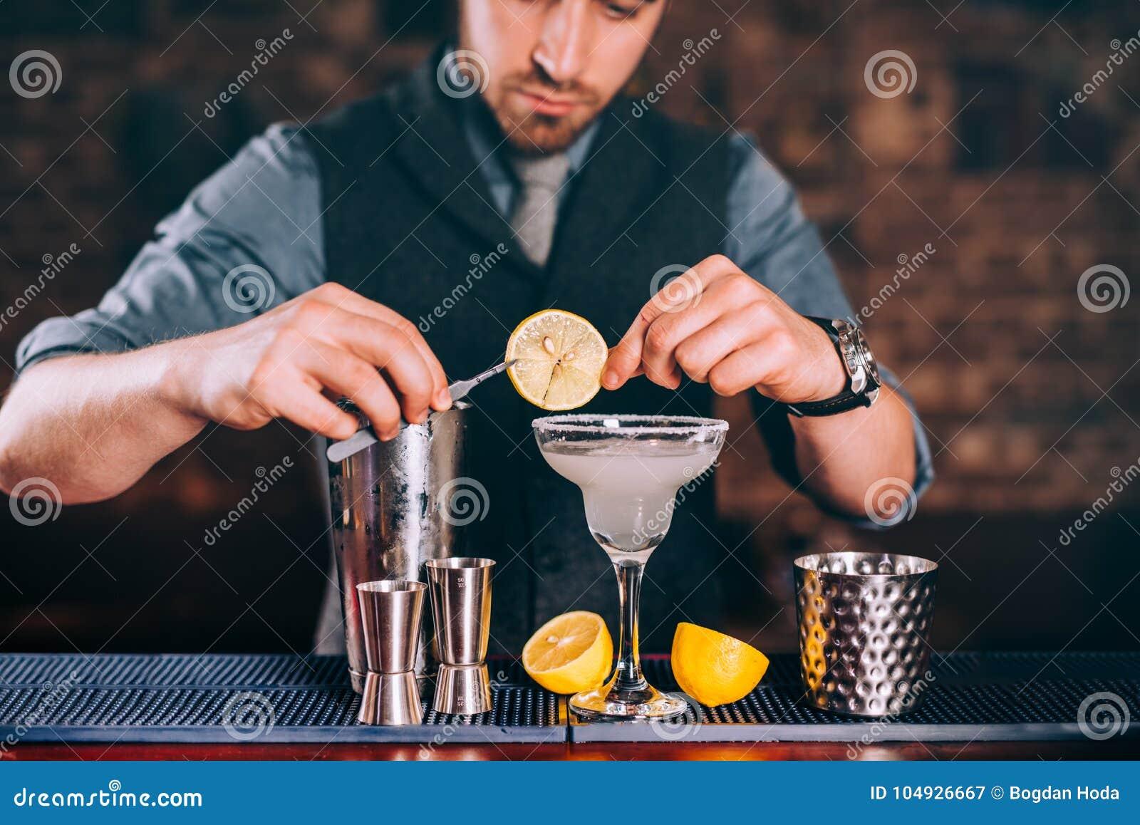 Margaritadrink, alkoholdryck, coctail med limefruktgarnering och citroner
