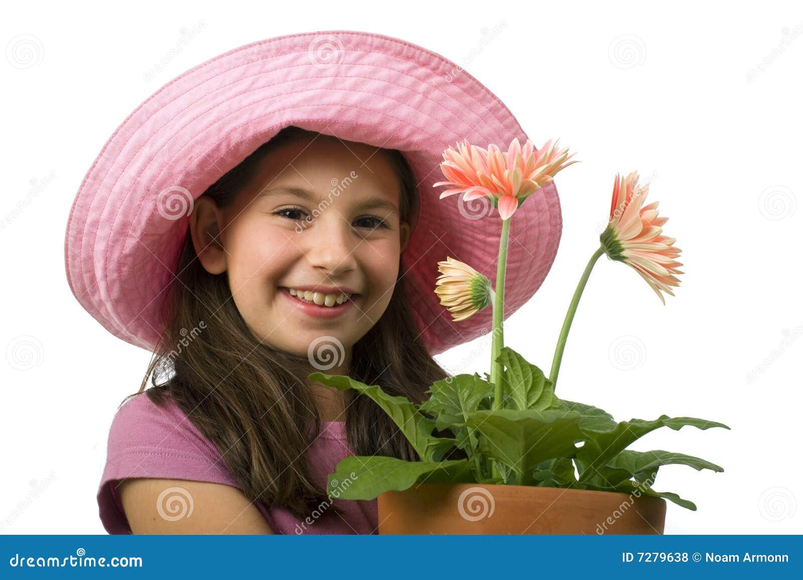 Margaritas rosadas de la chica joven