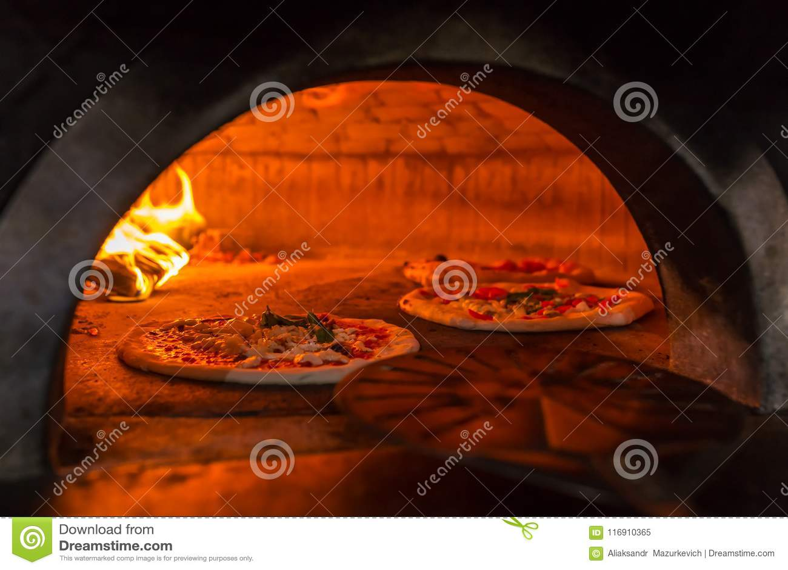Margherita napolitano original de la pizza en un horno de madera tradicional en el restaurante de Nápoles