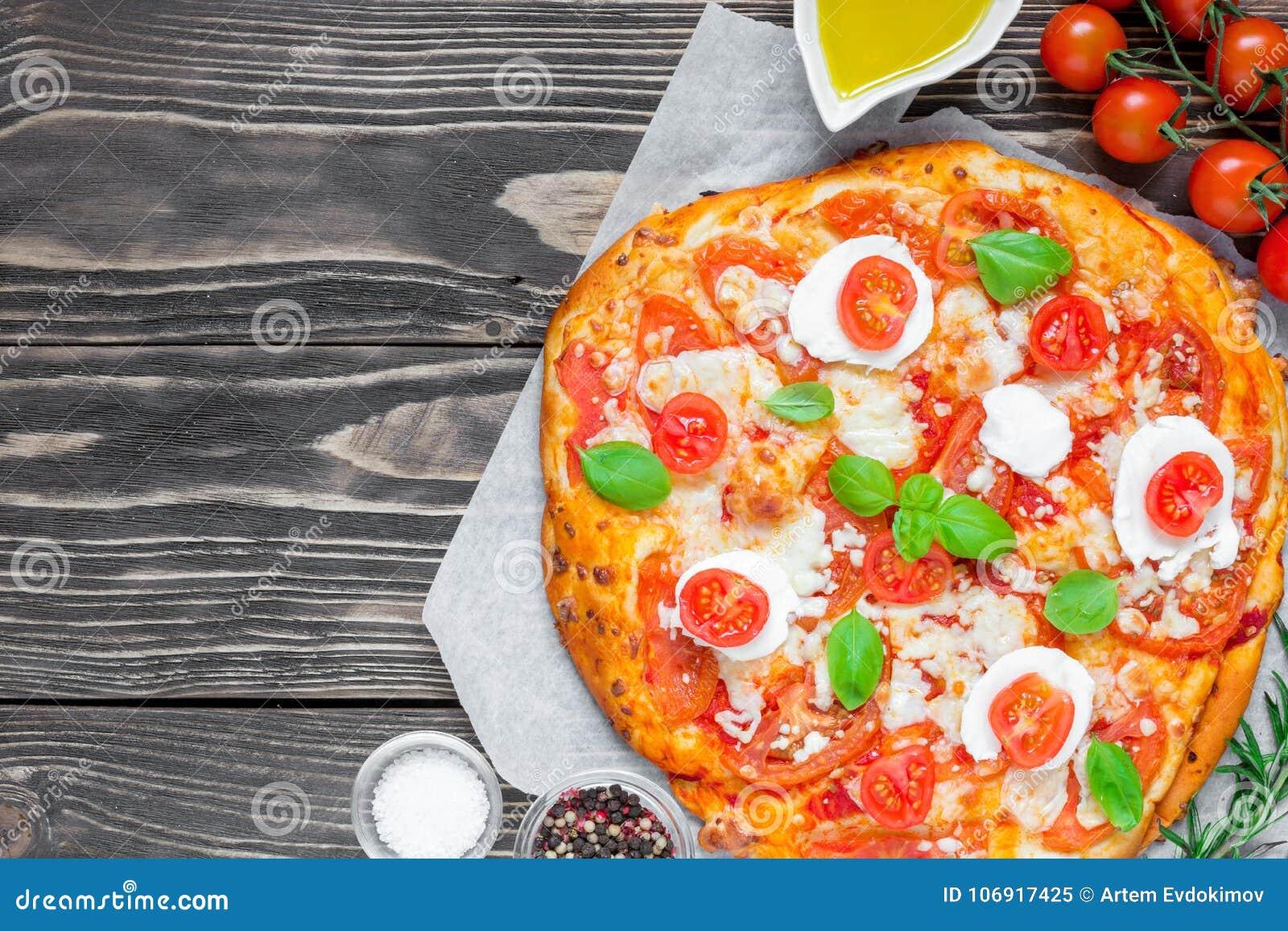 Margherita Włoska pizza z rozciekłym mozzarella sera, pomidorowego i świeżego basilem,