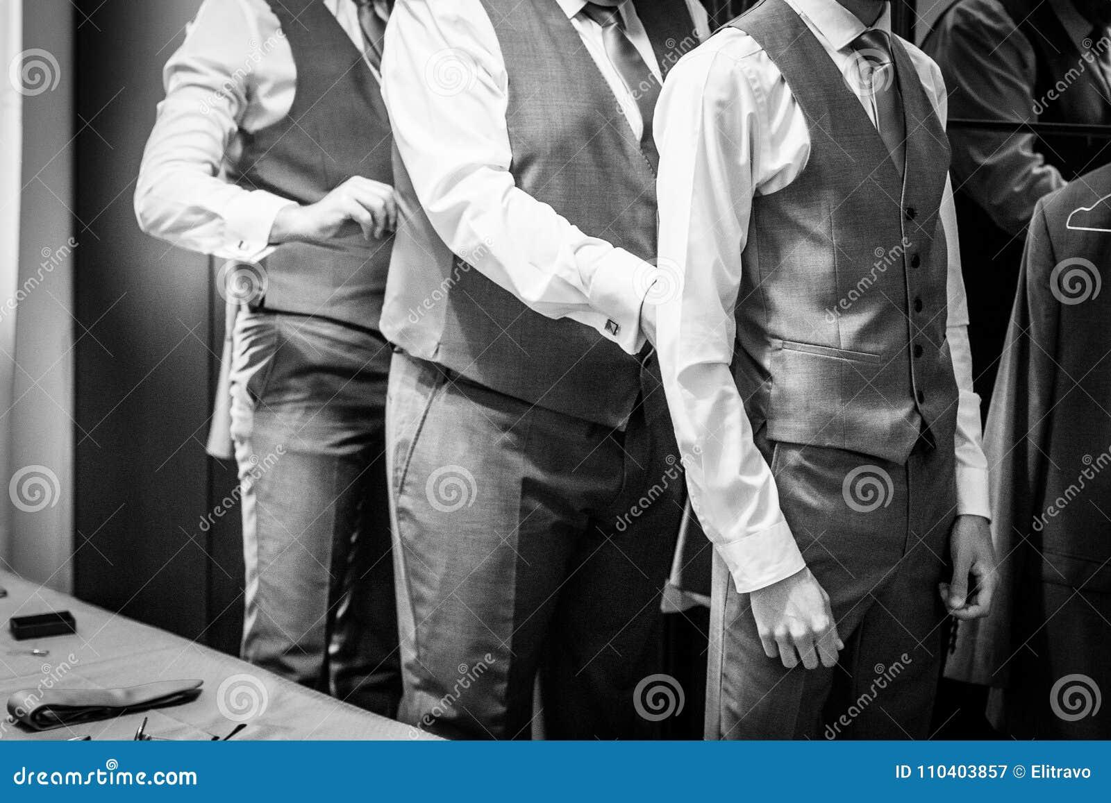 Marié avec des témoins de mariage qu ils se préparent au mariage