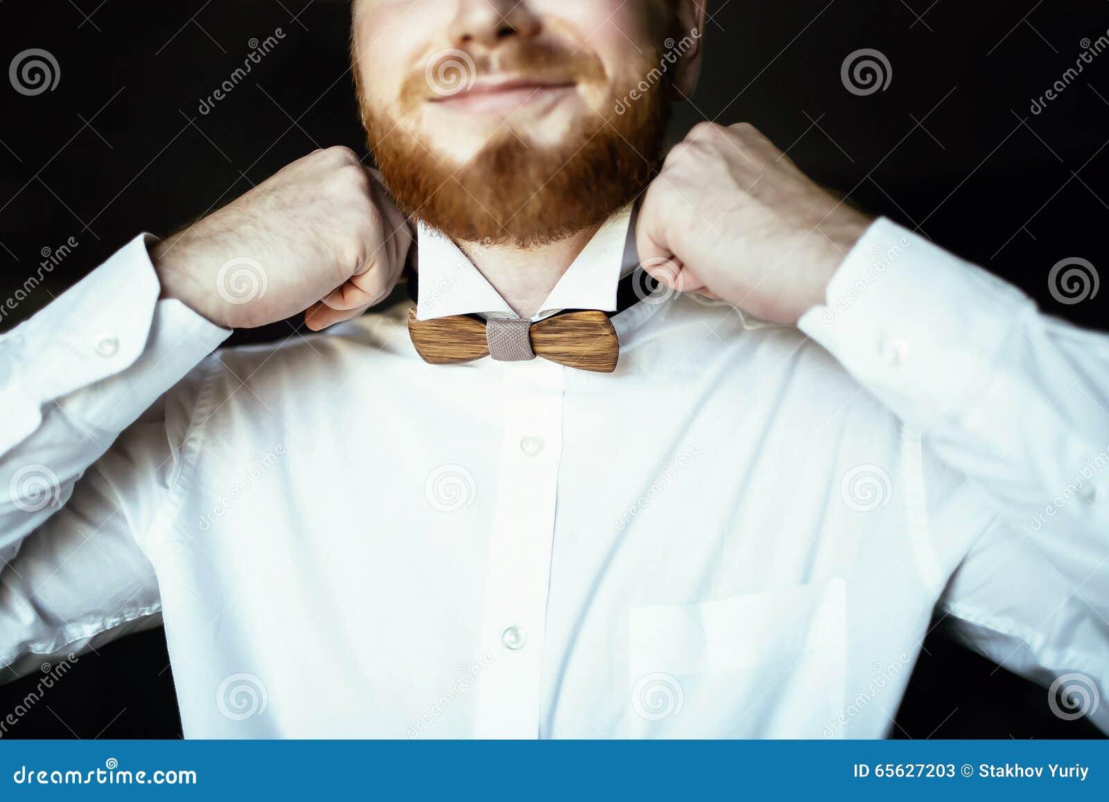 Marié avec la robe de barbe le noeud papillon en bois le jour du mariage