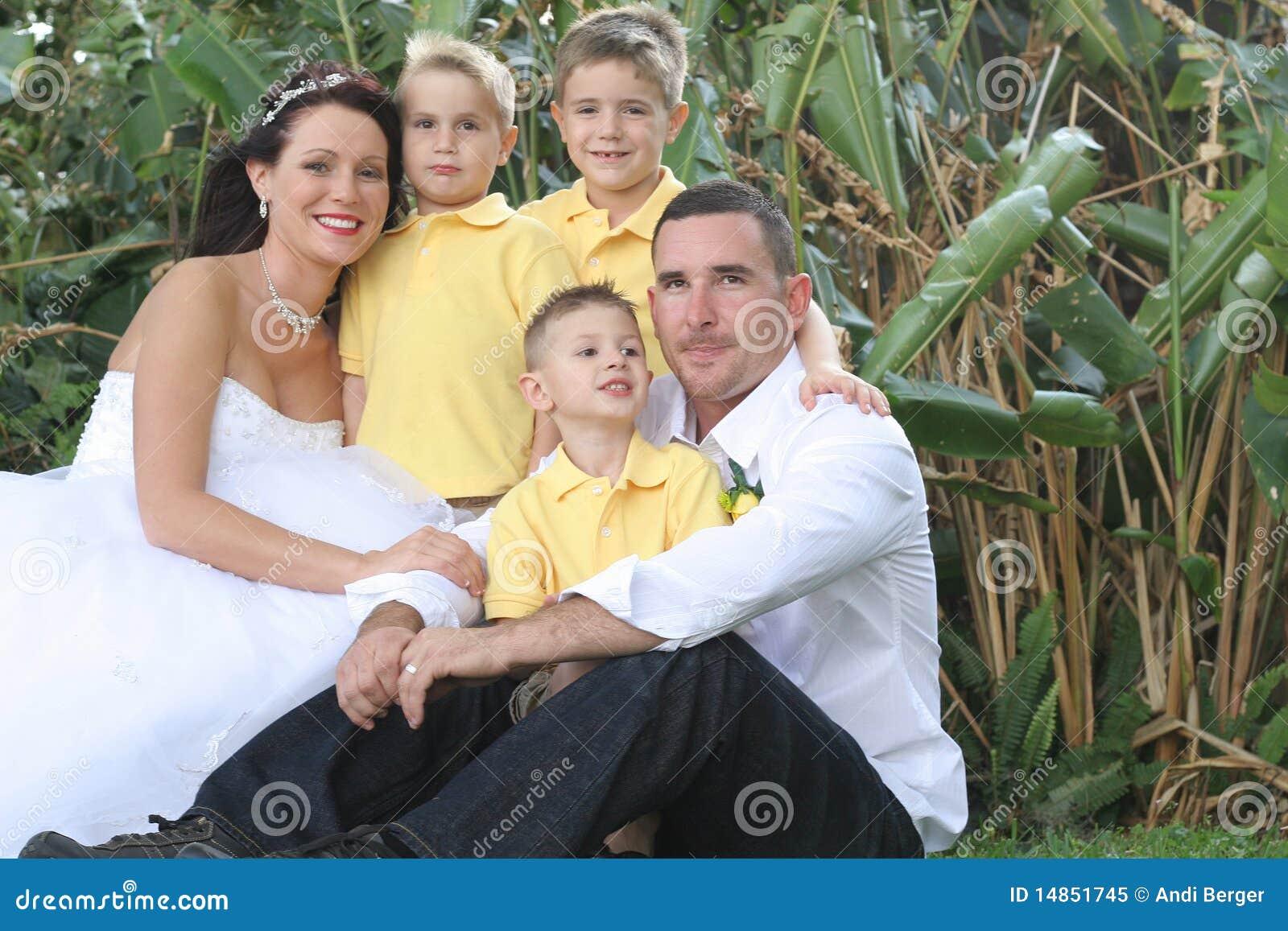 Marié et enfants heureux de mariée