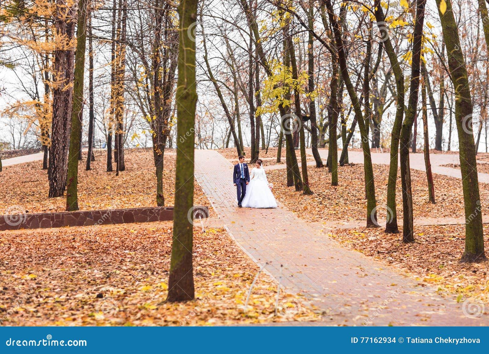 Marié et jeune mariée en parc d automne
