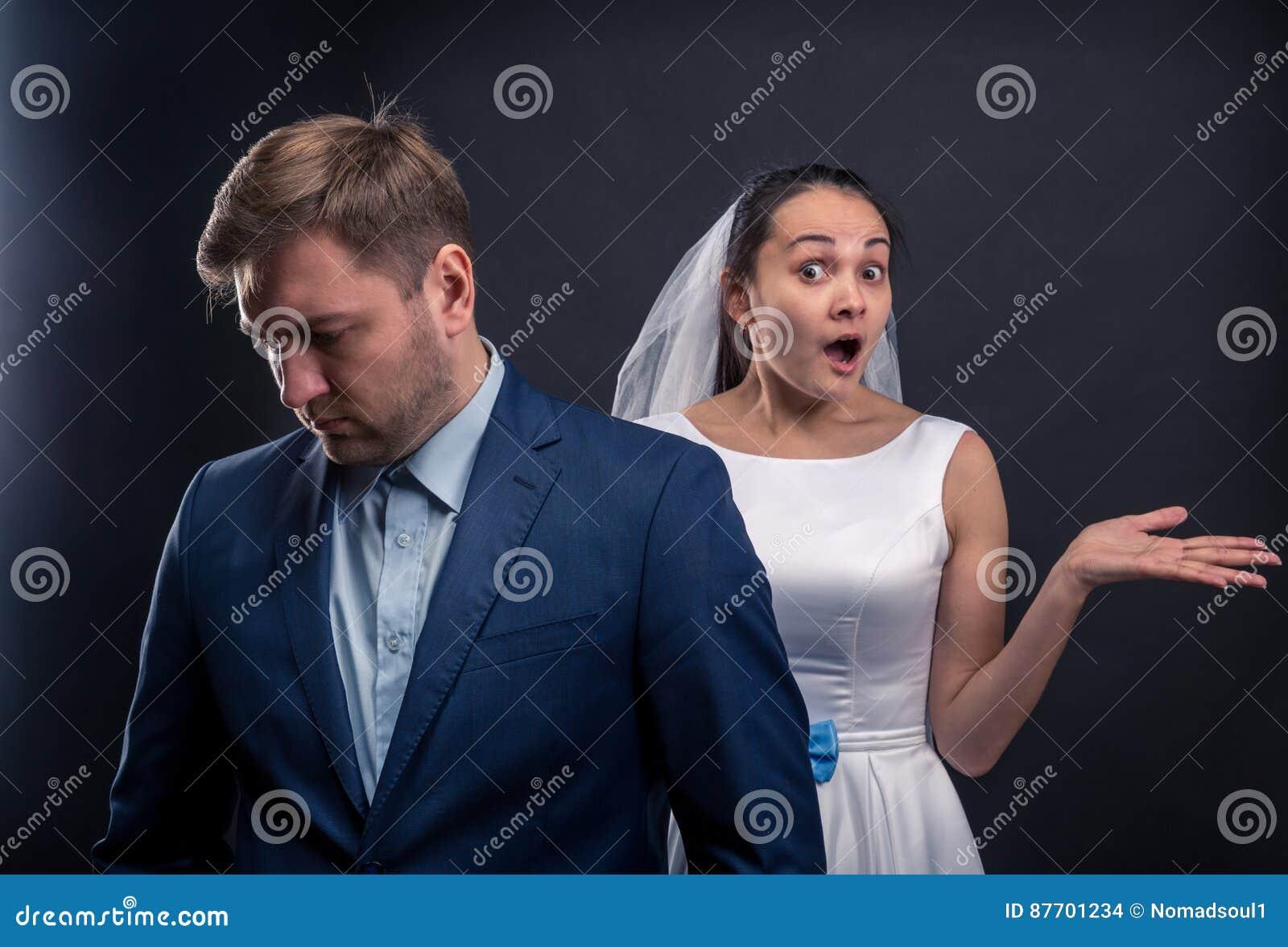 Marié réfléchi et photo étonnée de studio de jeune mariée