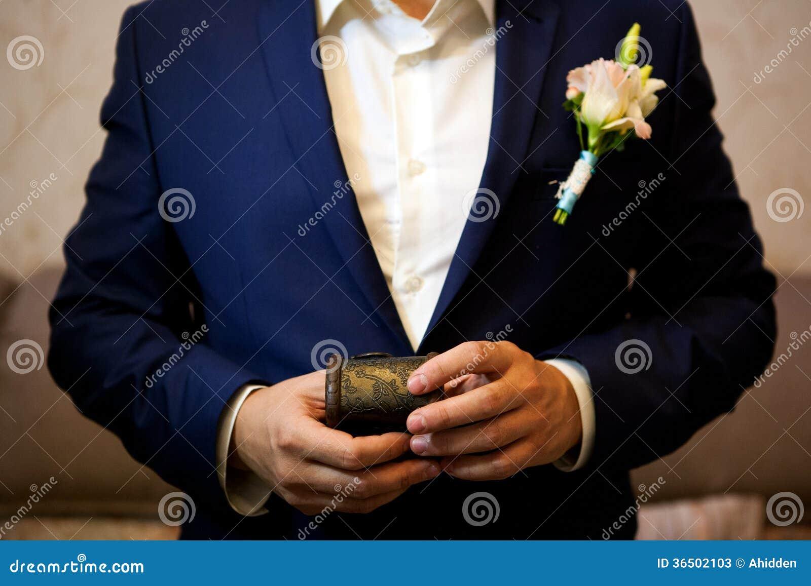 Marié tenant une boîte