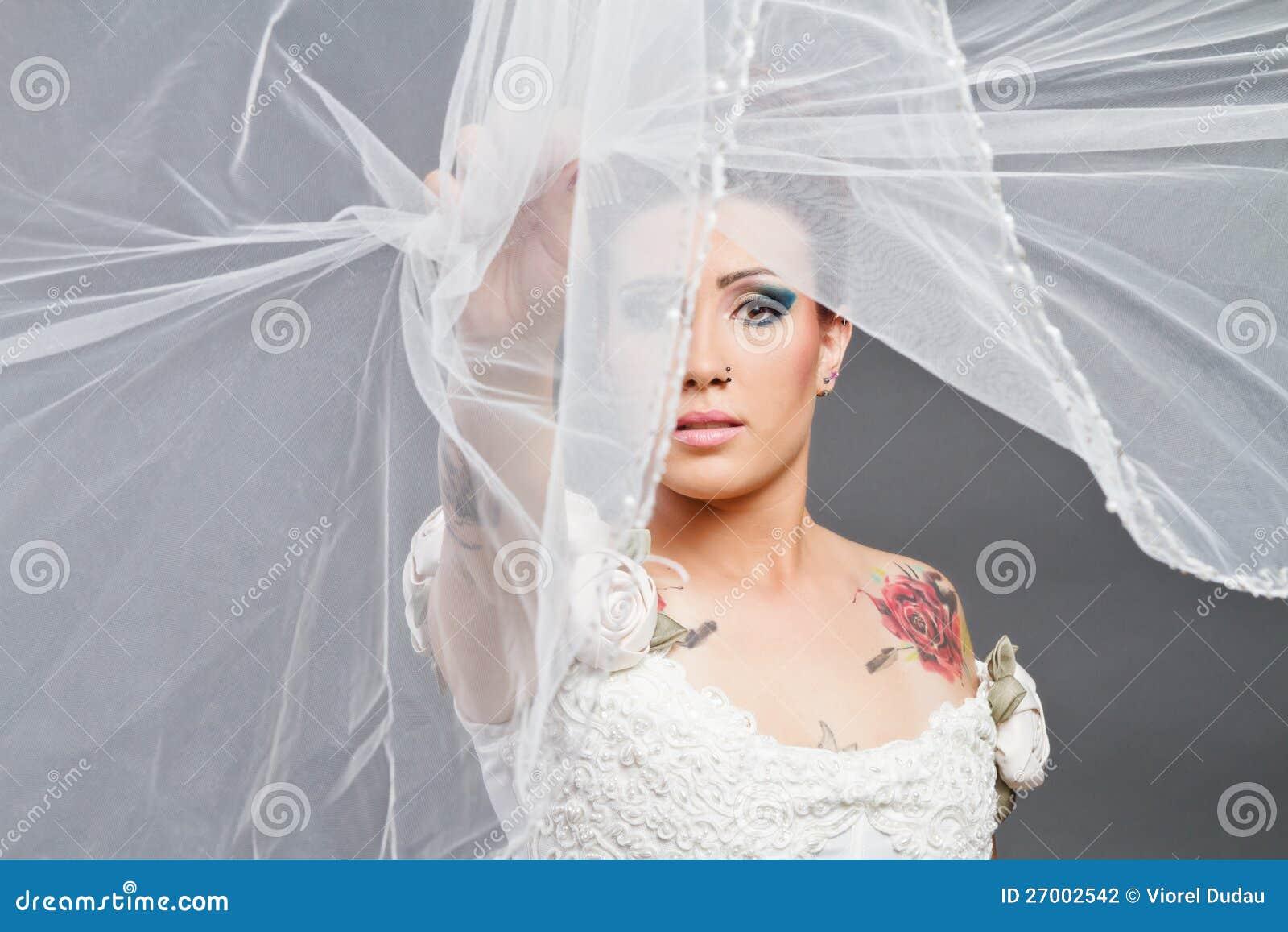 Mariée avec le voile au-dessus du visage
