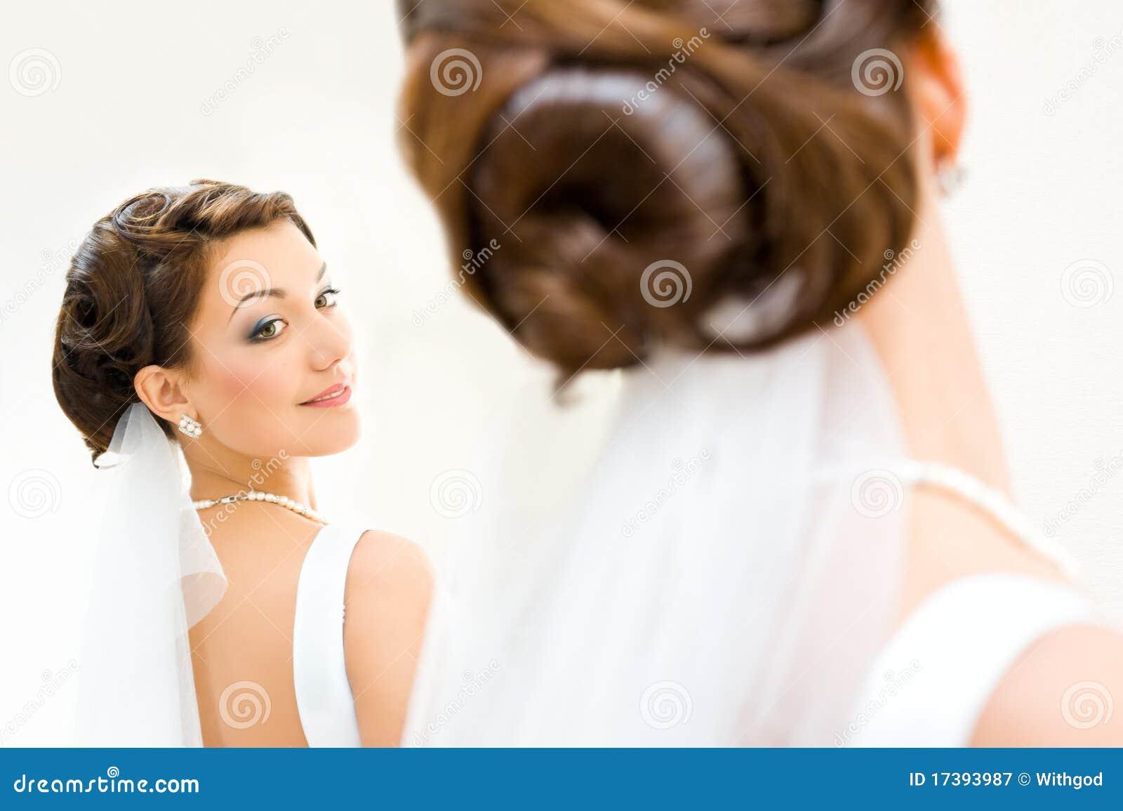 Mari e devant le miroir photographie stock libre de droits for Derniere volonte devant le miroir
