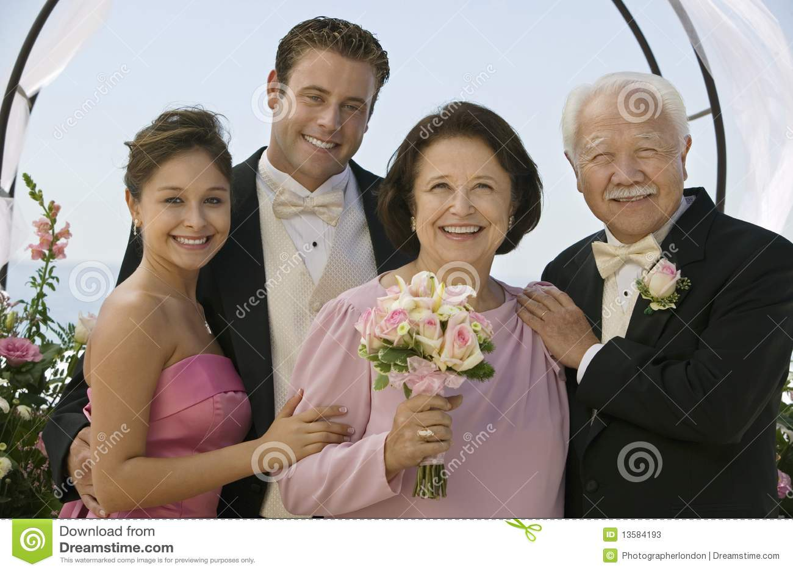 Mariée et marié avec des parents