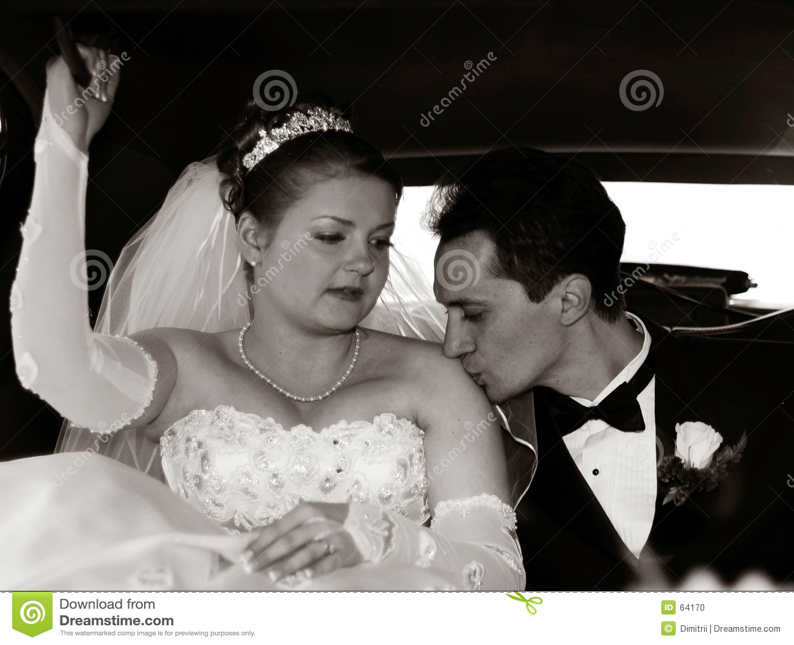Mariée et marié dans la limousine