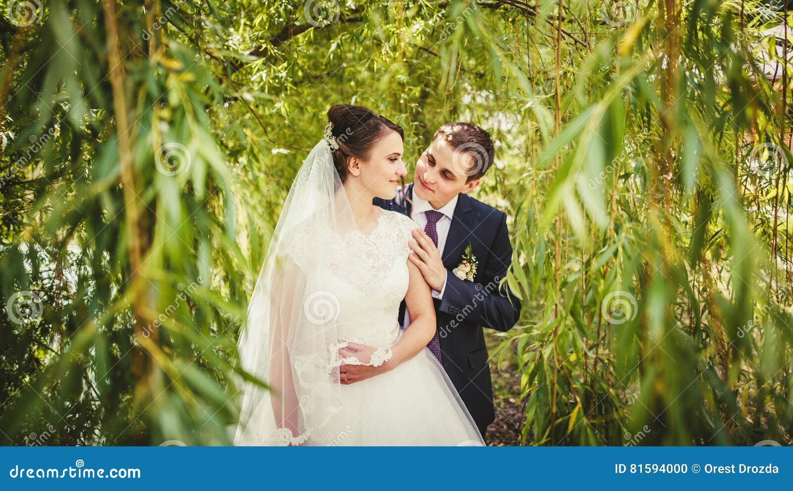 Mariée et marié posant ensemble