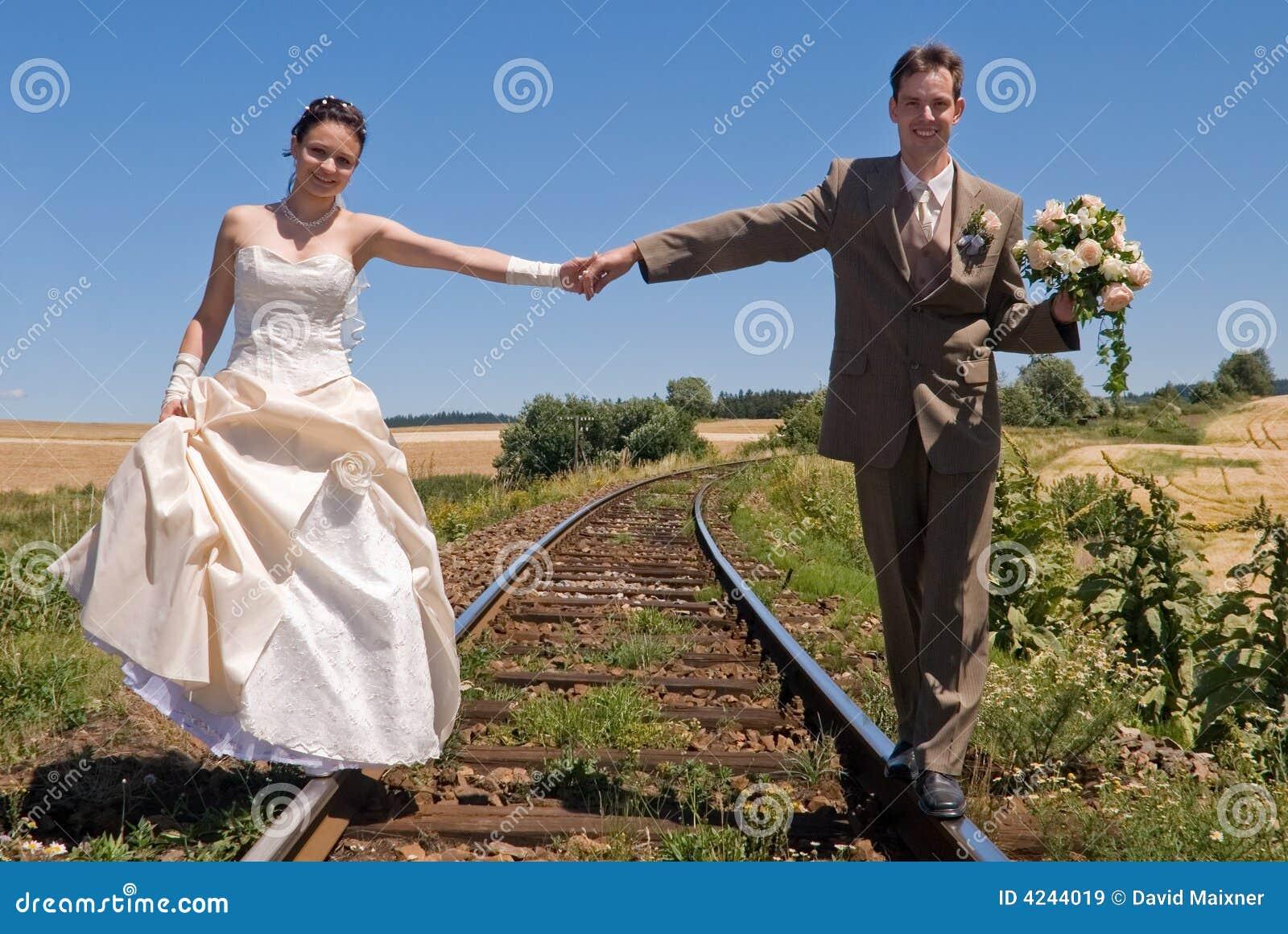 Mariée et marié sur des longerons