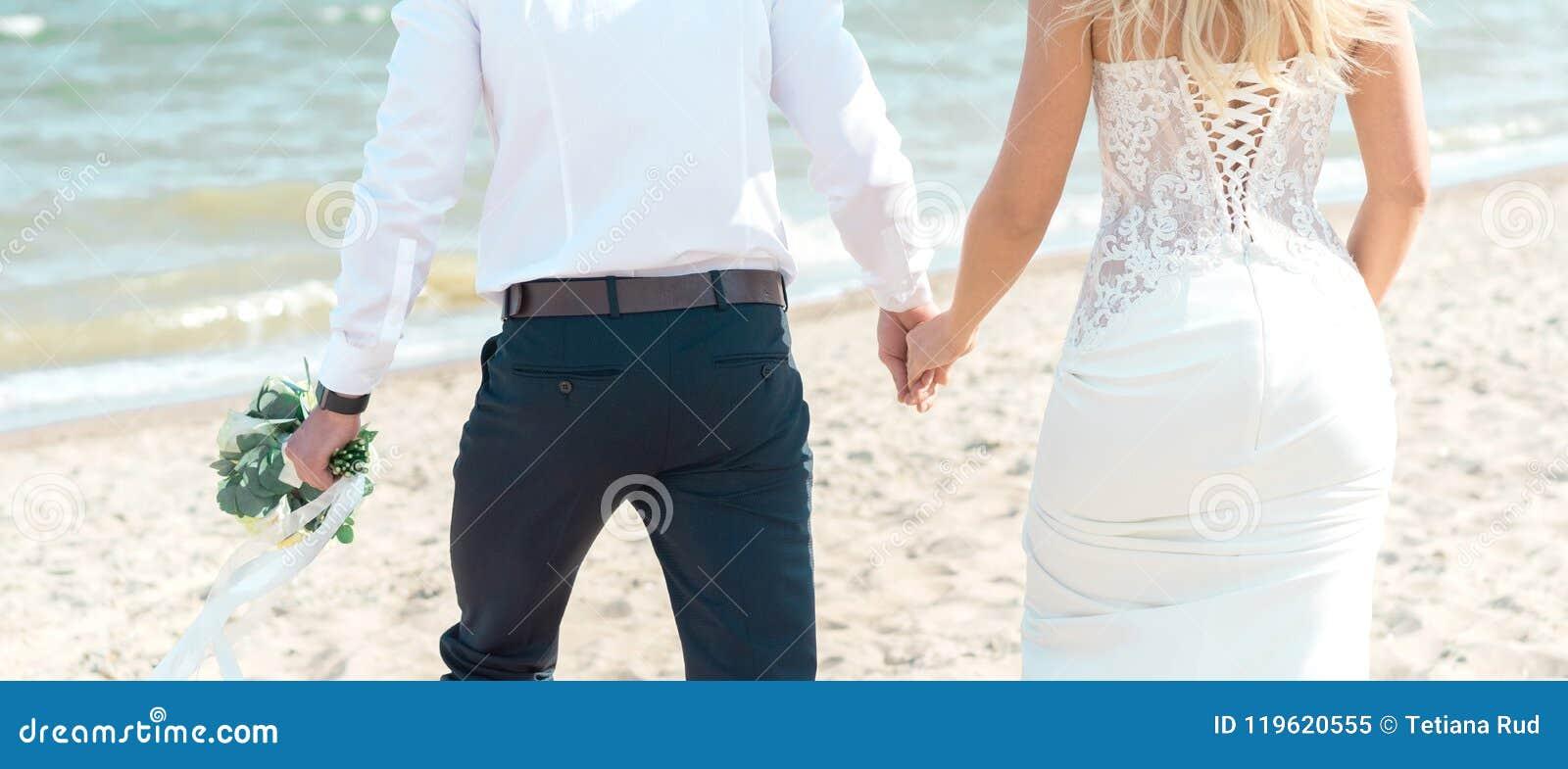 Mariée et marié sur la plage