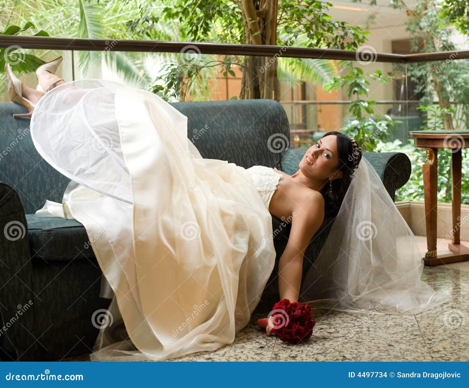 Mariée sur le sofa