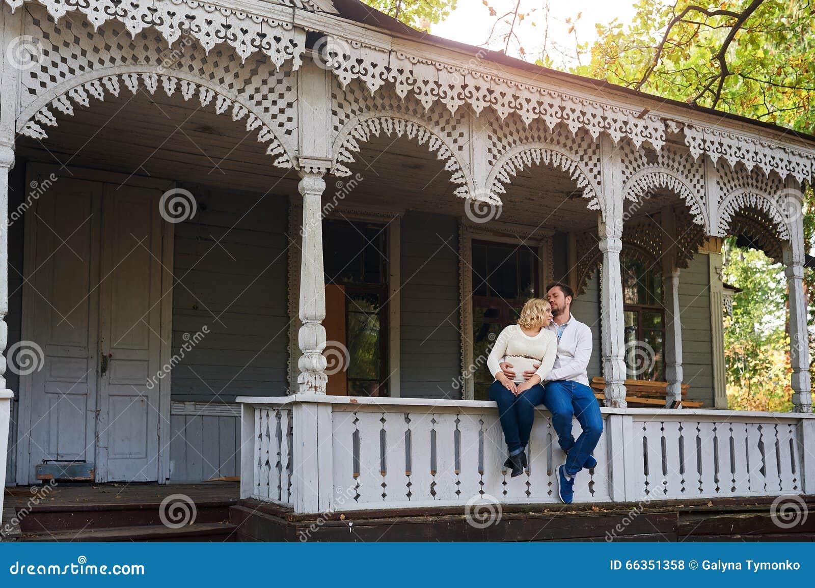Le Porche De La Maison mari avec son épouse enceinte sur le porche de la maison photo stock