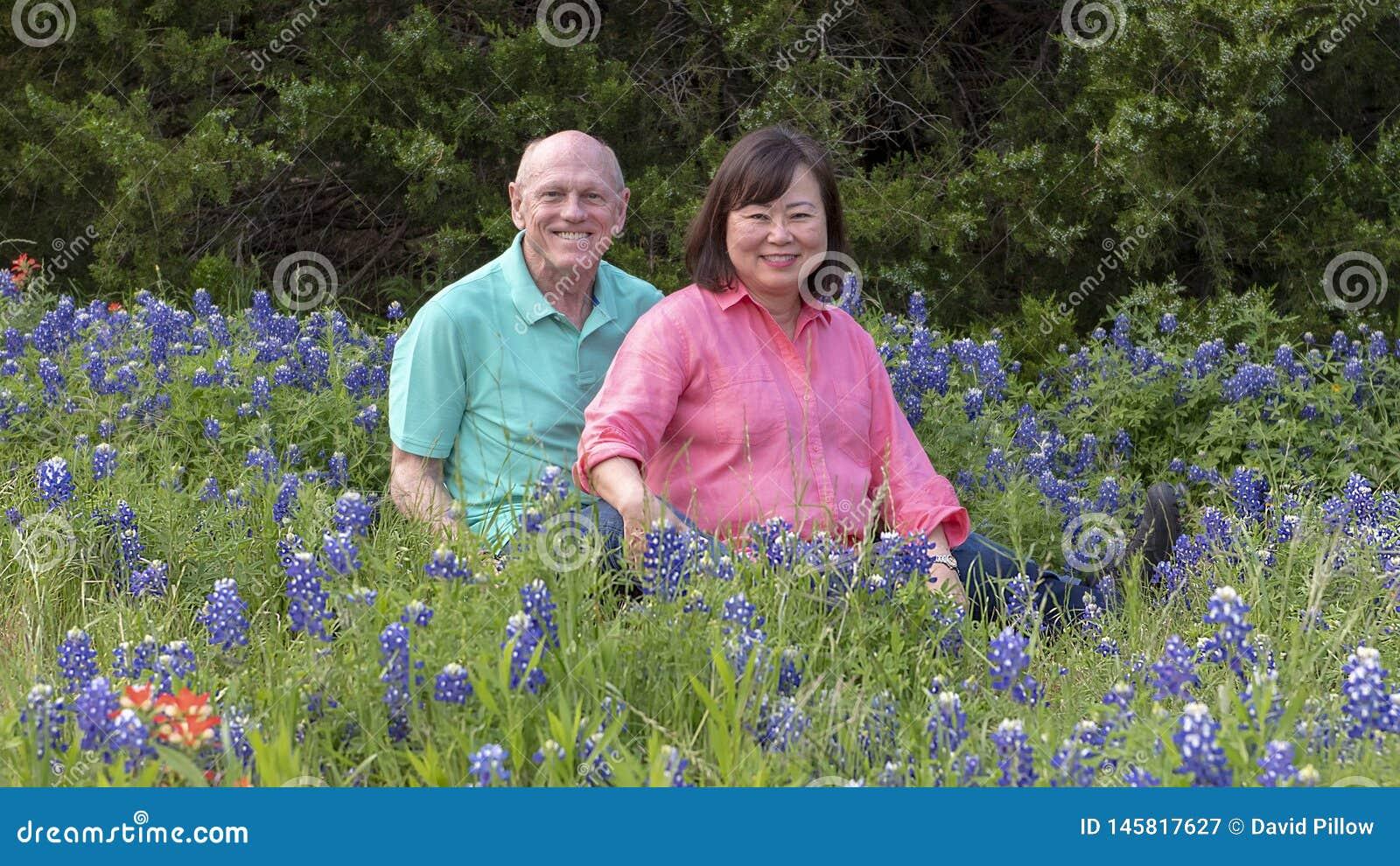 Mari et épouse appréciant les bluebonnets dans Ennis, le Texas