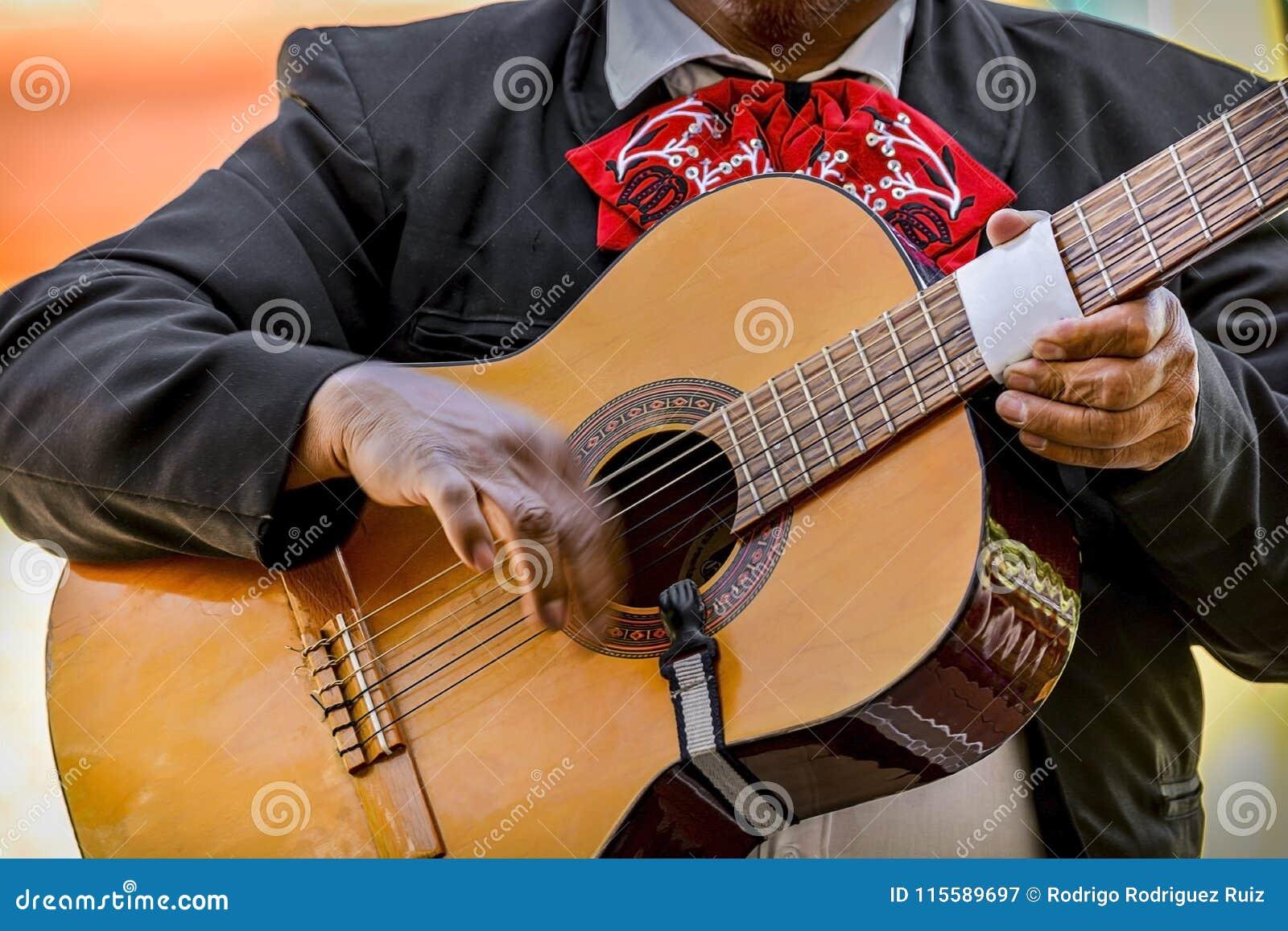 Mariachi που παίζει την ακουστική κιθάρα κατά τη διάρκεια της ημέρας