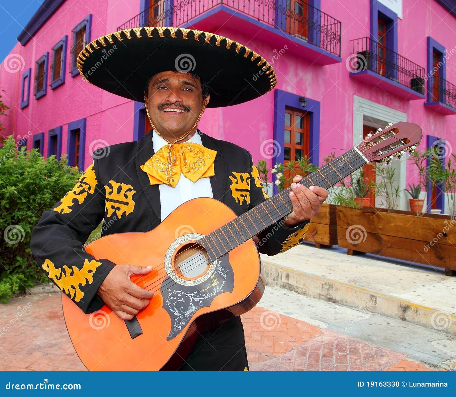Mariachi de Charro jouant des maisons du Mexique de guitare