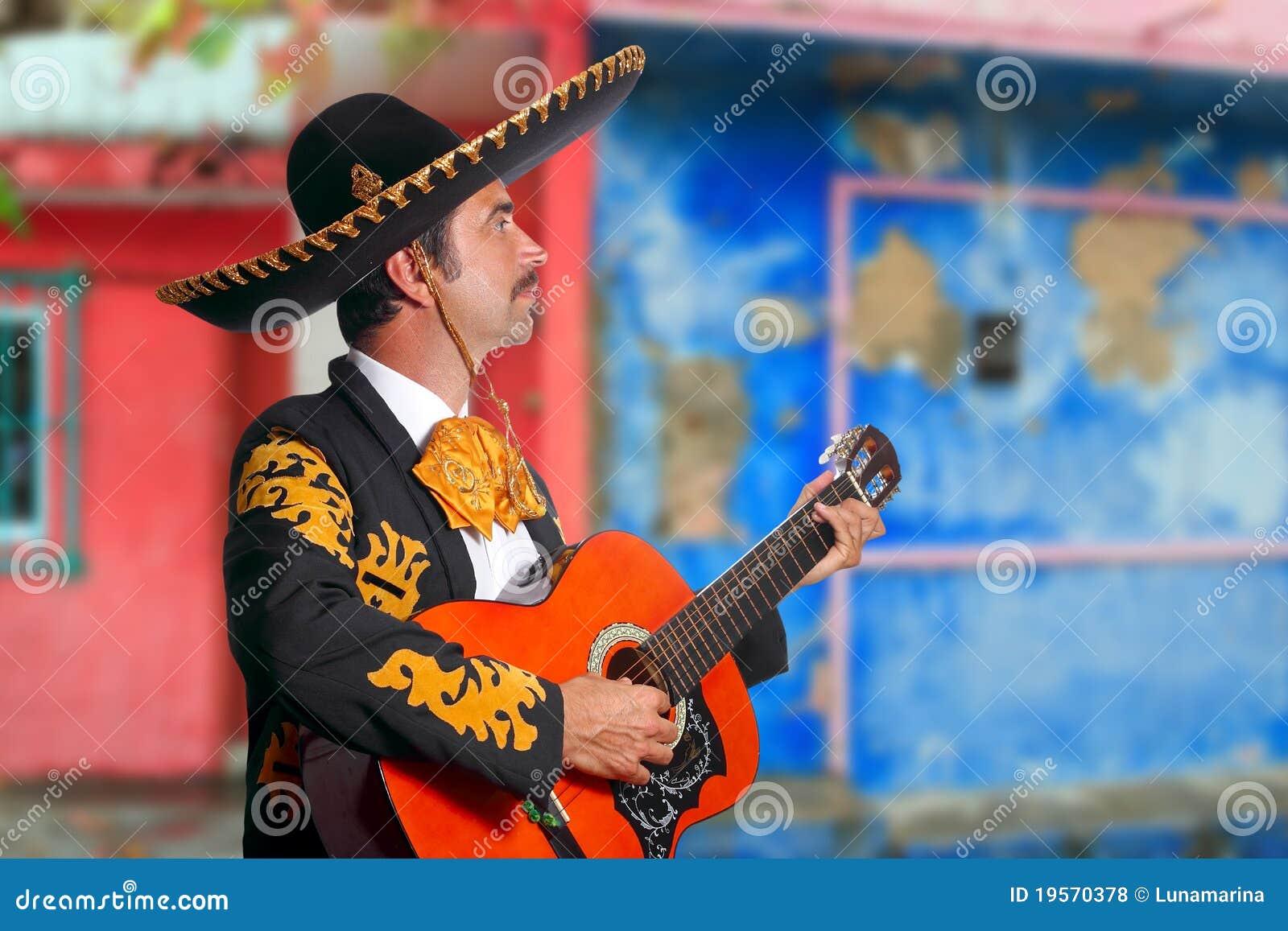 Mariachi de Charro que joga casas de México da guitarra