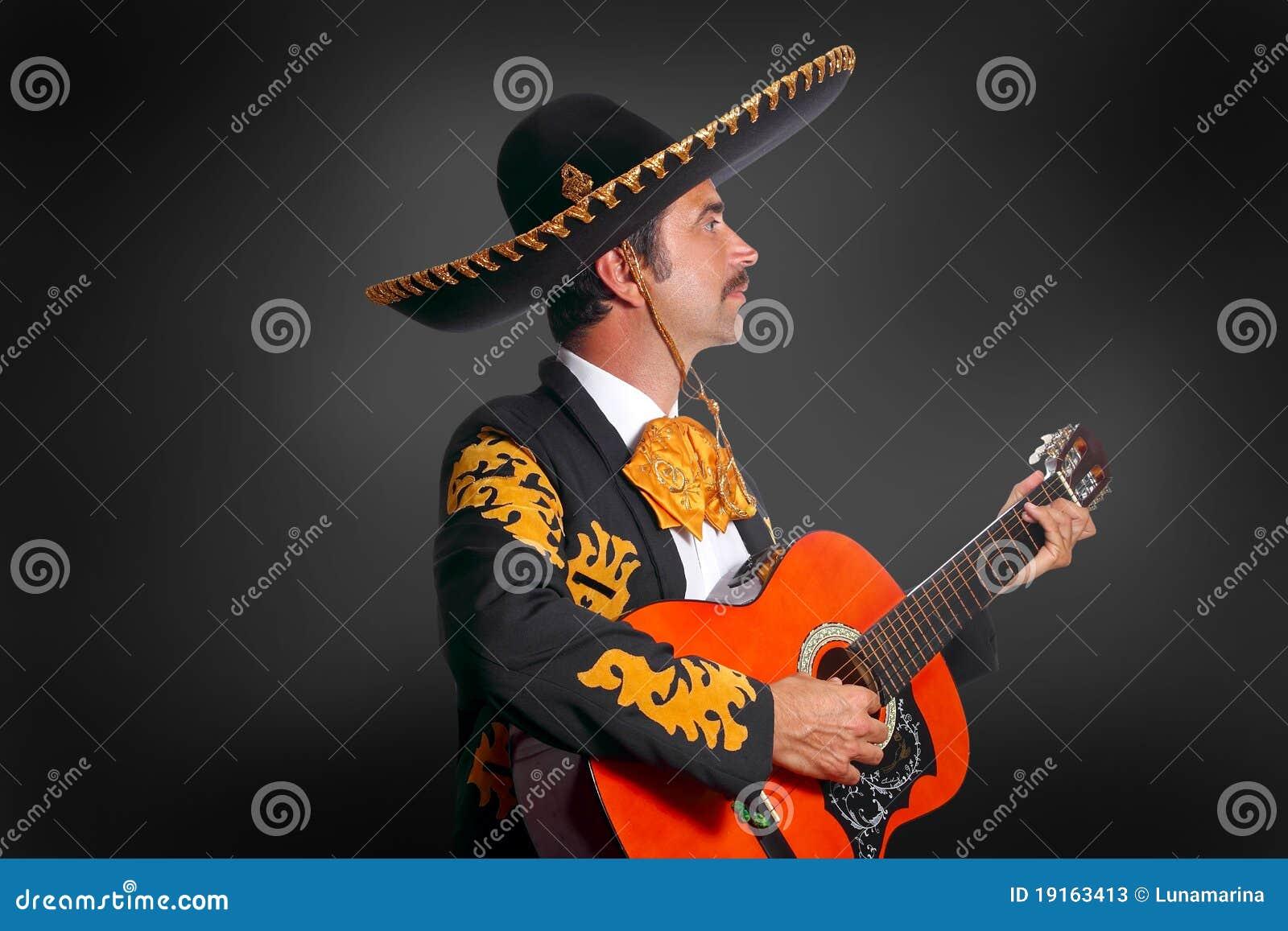 Mariachi de Charro que toca la guitarra en negro