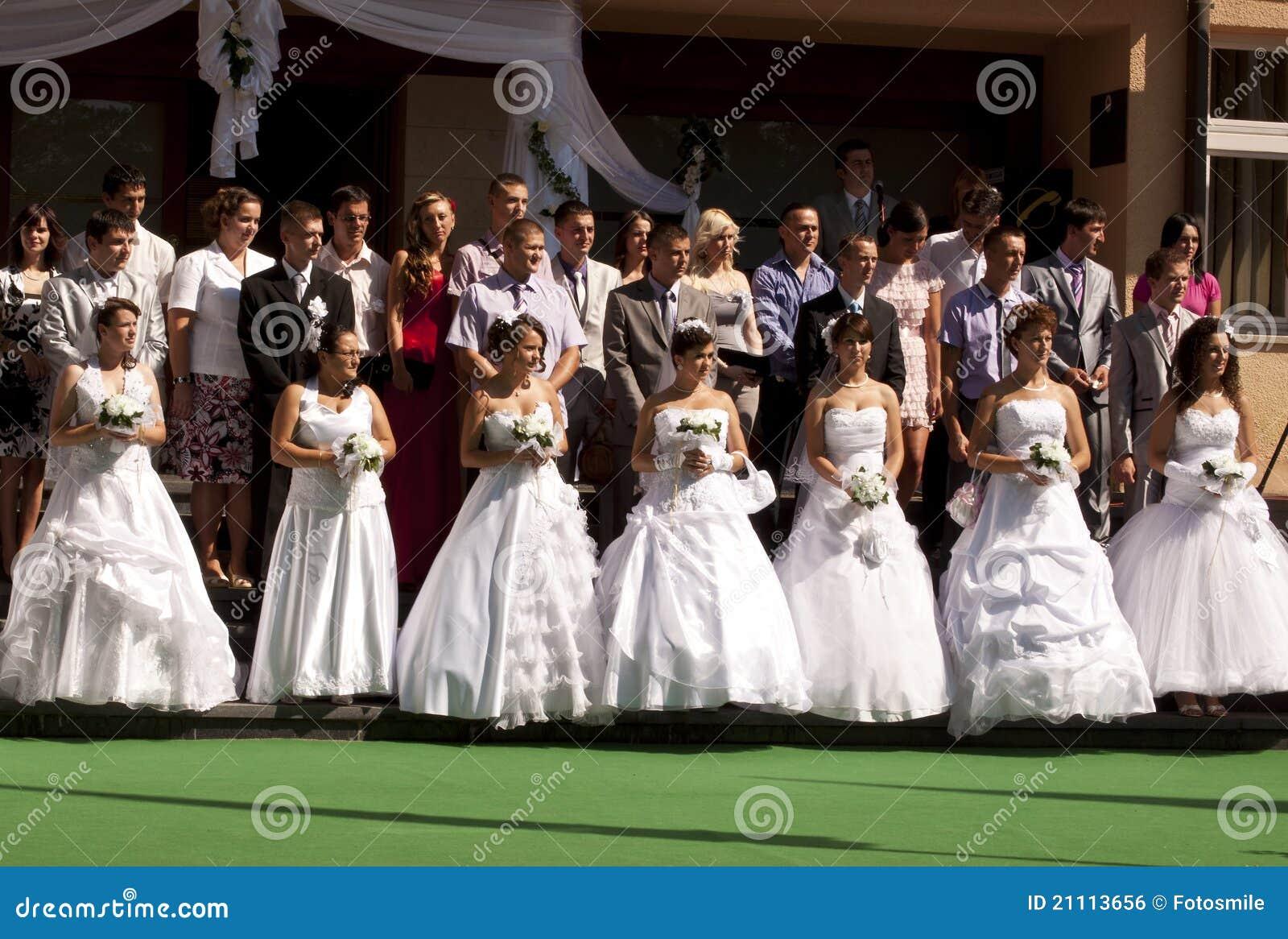 Mariage de groupe en bosnie photo ditorial image 21113656 - Photo de groupe mariage ...